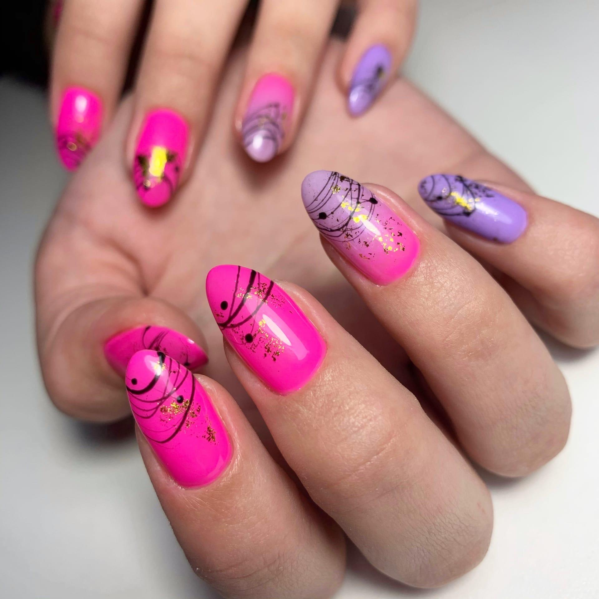 Маникюр с градиентом, паутинкой и золотой фольгой в розовом цвете на длдинные ногти.