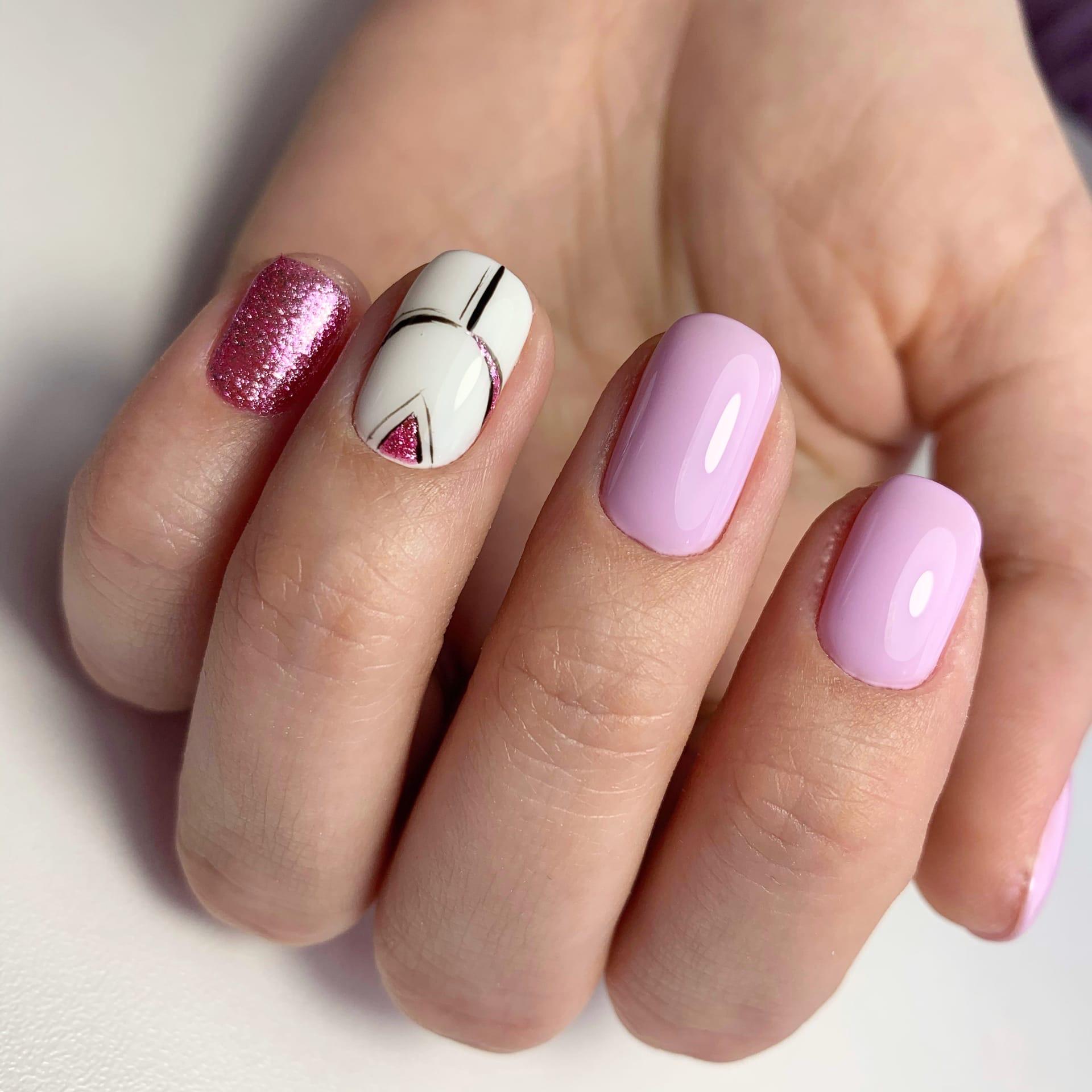 Геометрический маникюр с блестками в розовом цвете на короткие ногти.