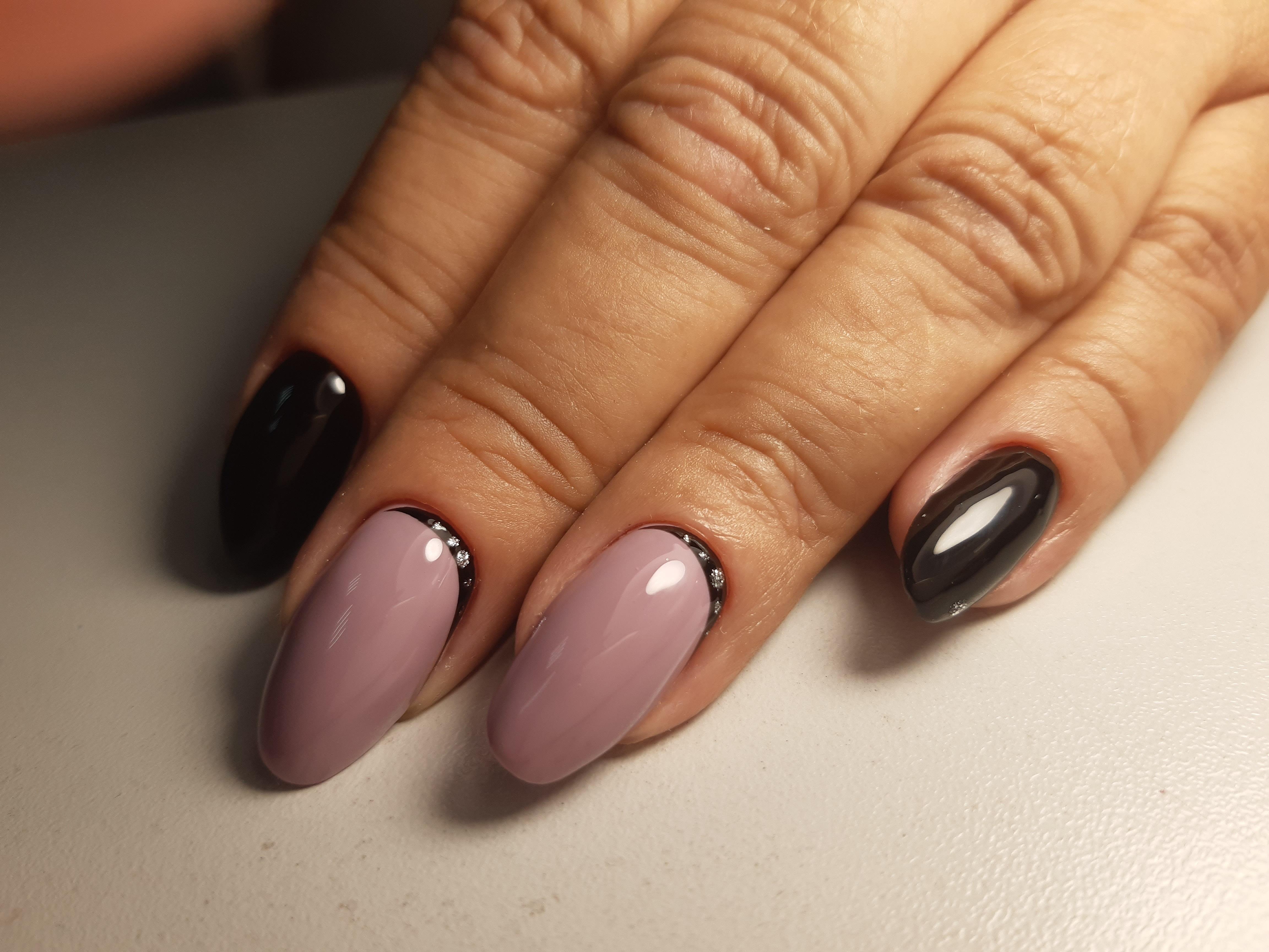 Маникюр с лунным дизайном на длинные ногти.