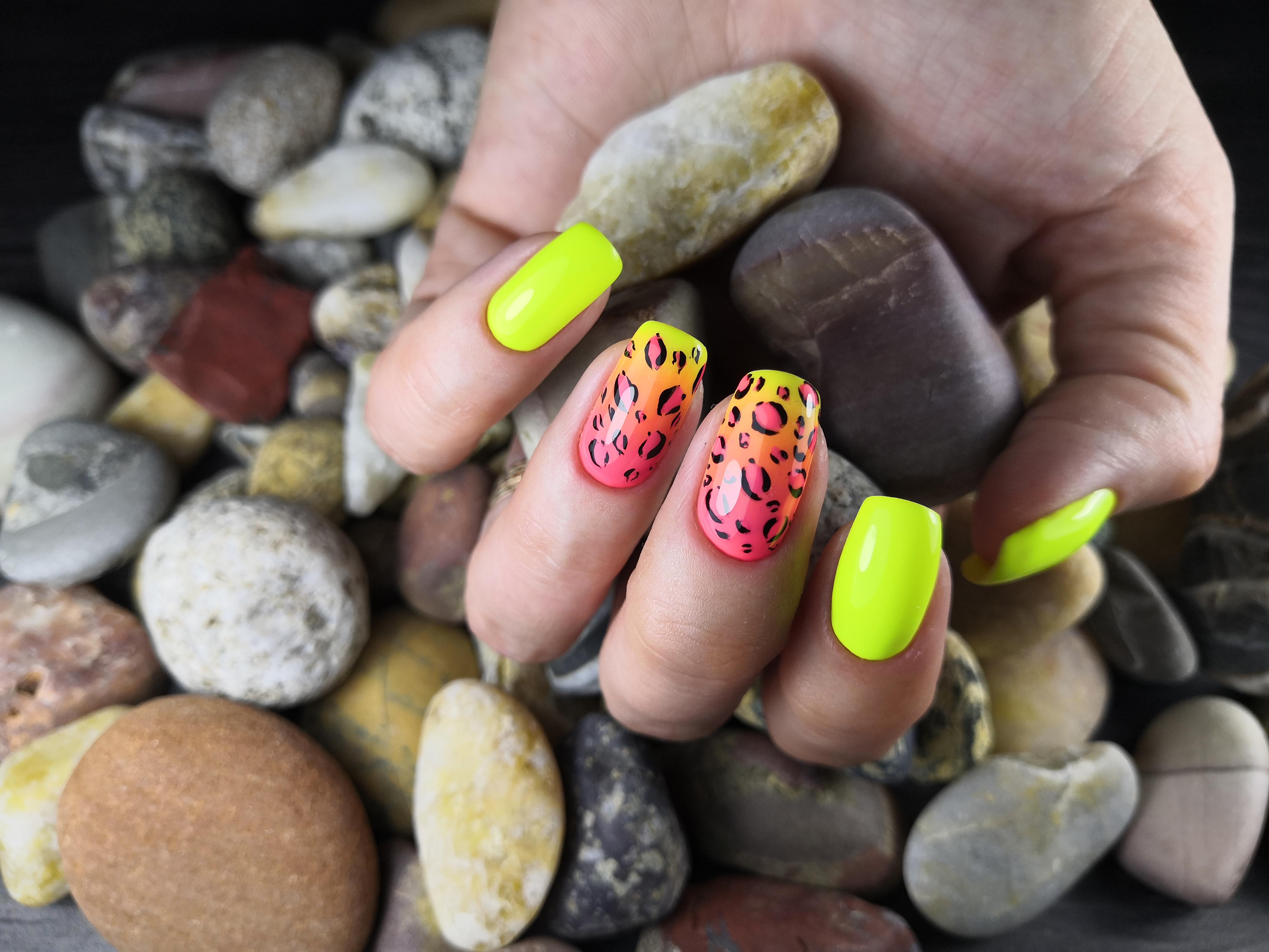 Маникюр с градиентом и леопардовым принтом в желтом цвете на длинные ногти.