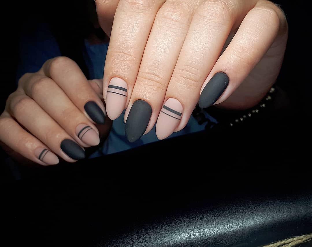 Матовый маникюр с полосками в черном цвете на длинные ногти.