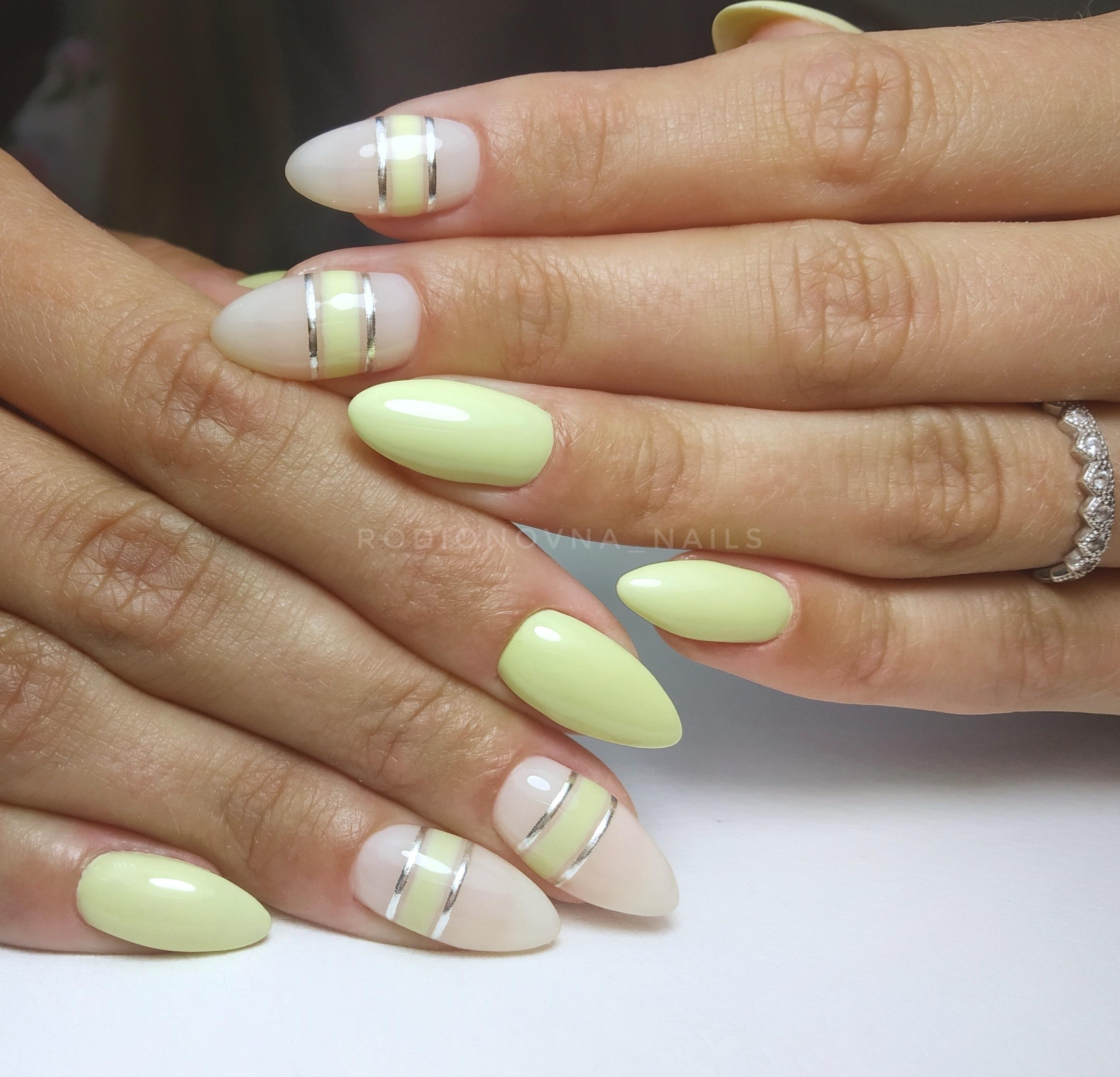 Маникюр с серебряными полосками в фисташковом цвете на длинные ногти.