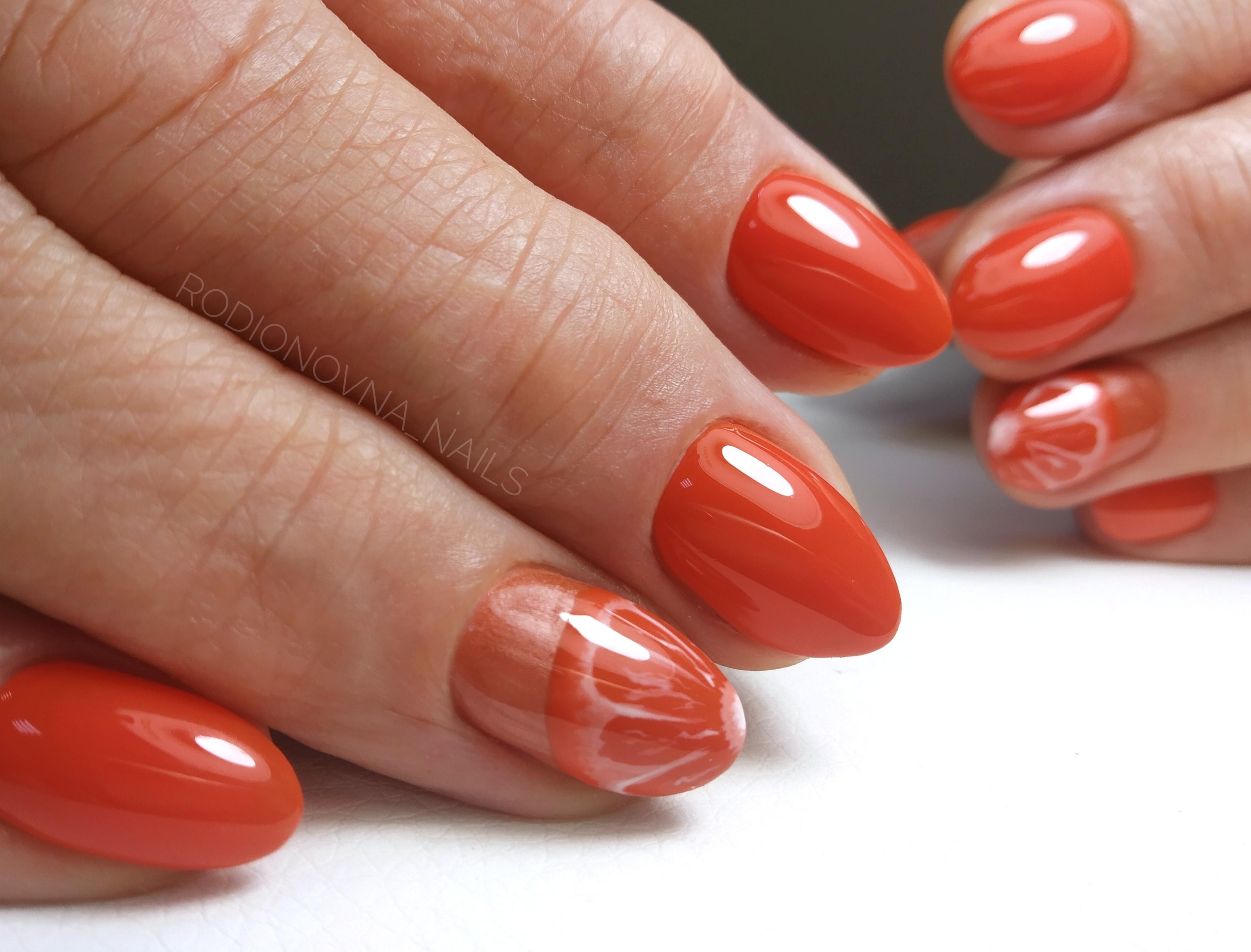 Маникюр с апельсином в рыжем цвете на короткие ногти.
