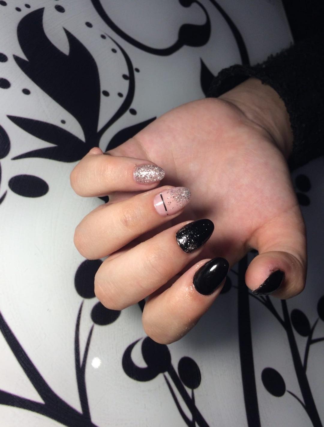 Маникюр с блёстками (импровизация) в чёрном цвете