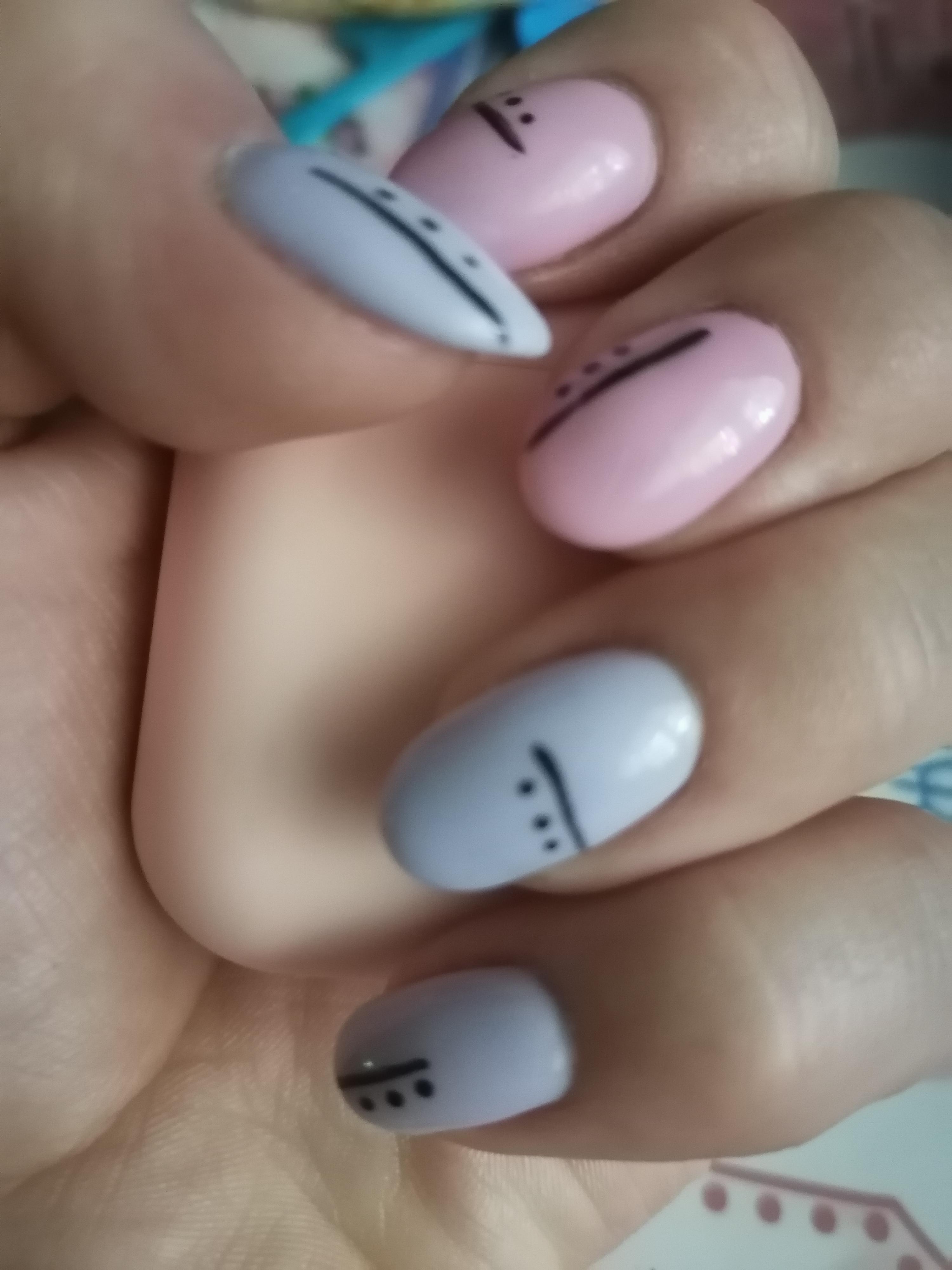 Маникюр с полосками в пастельных тонах на короткие ногти.