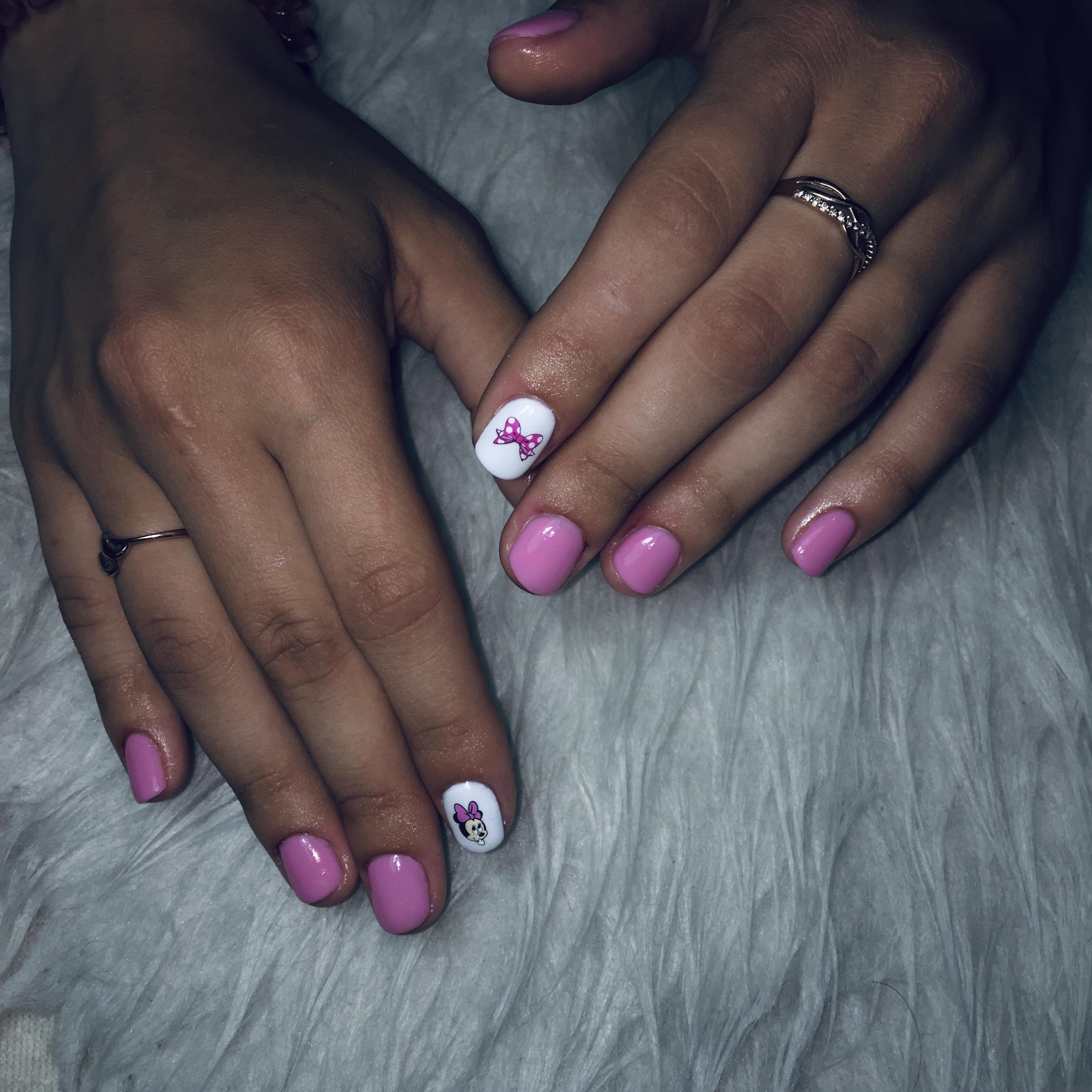 Маникюр с Минни Маус в лиловом цвете на короткие ногти.