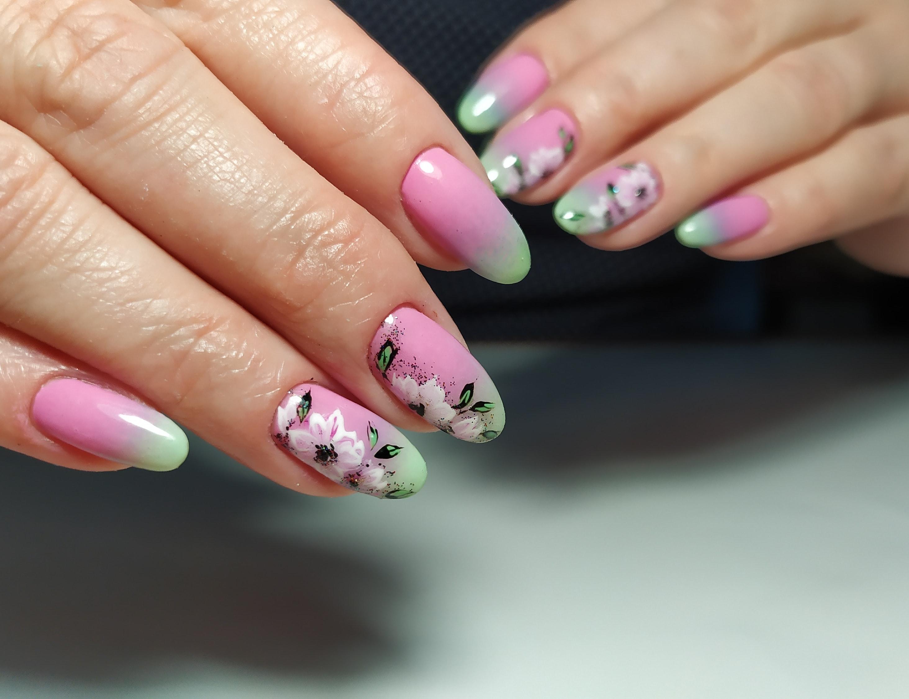 Маникюр с градиентом и цветочным рисунком на длинные ногти.