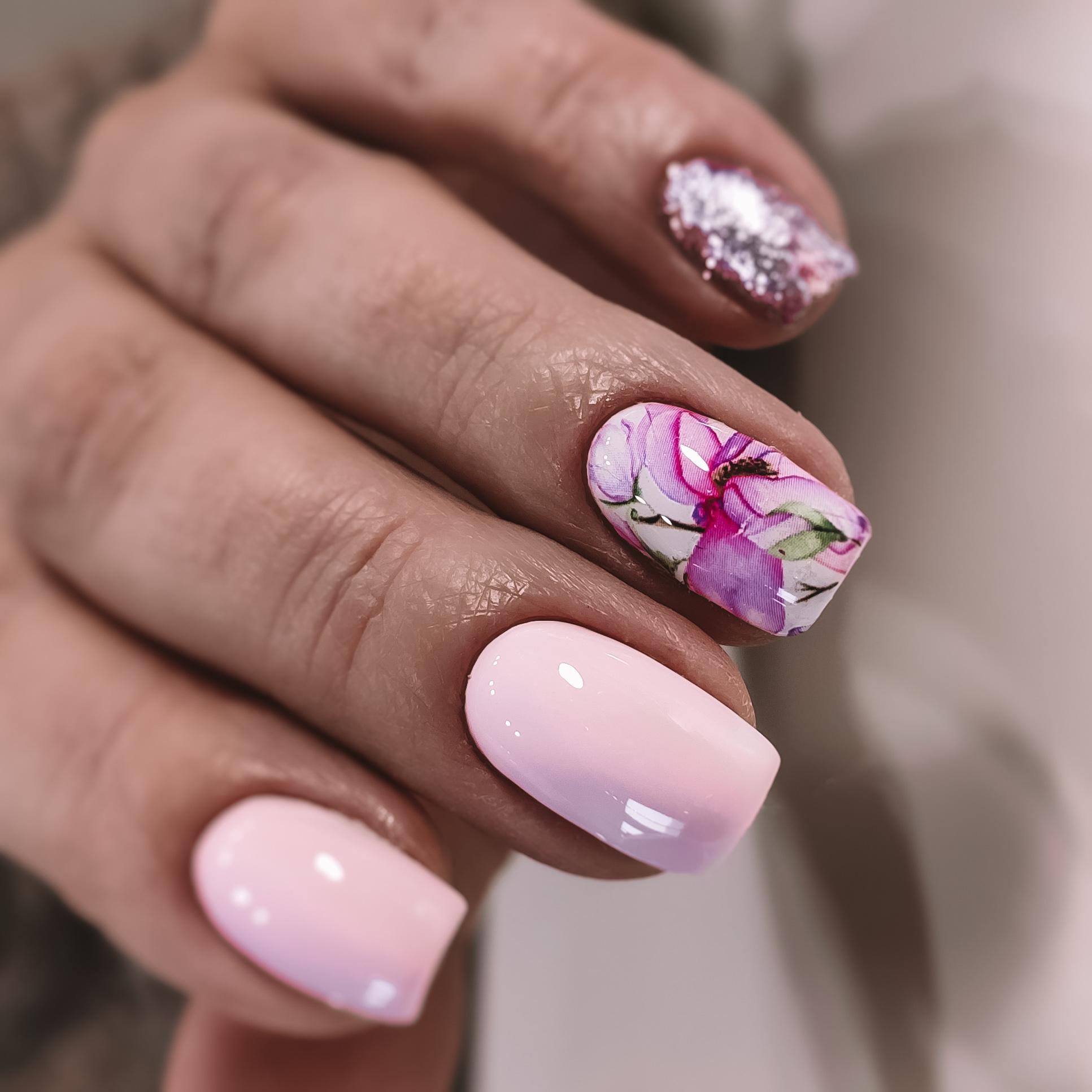 Маникюр с акварельным цветочным рисунком и блестками в розовом цвете.