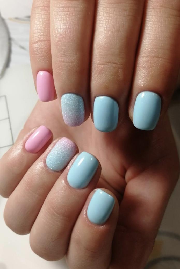 Маникюр с градиентом и песочным дизайном в голубом цвете на короткие ногти.