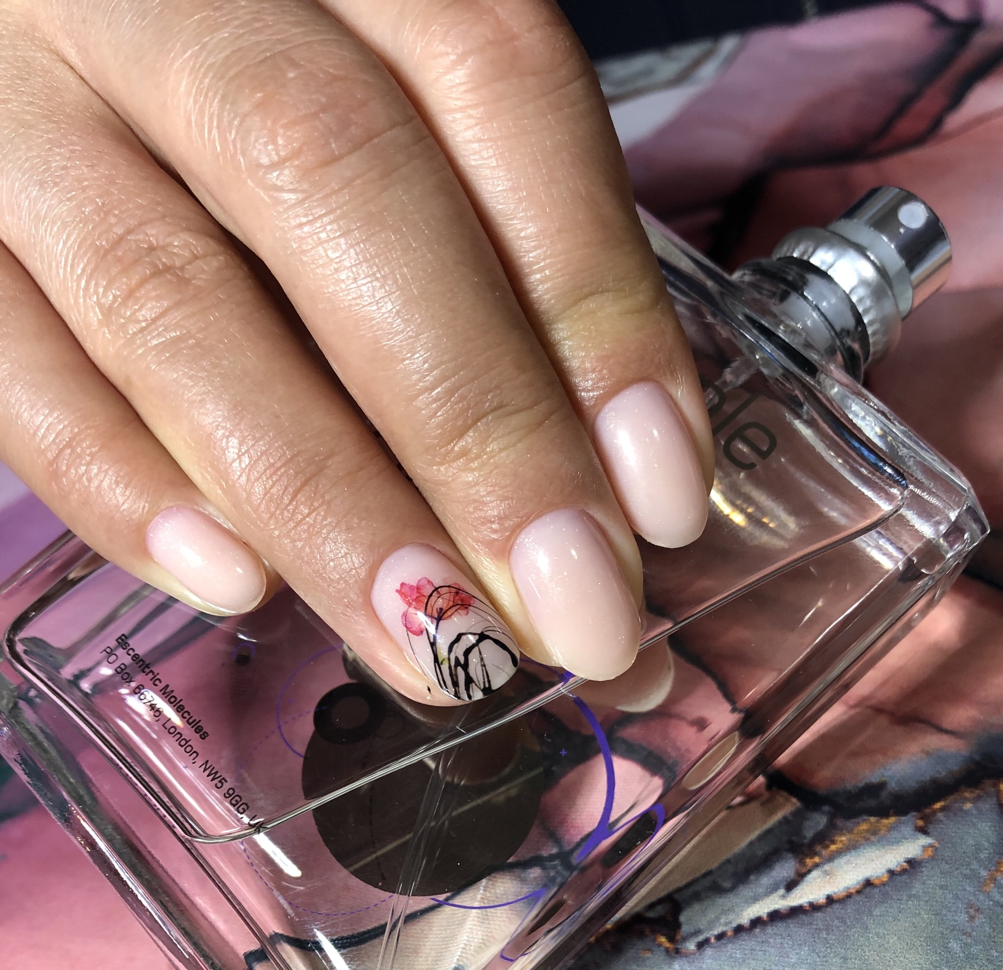 Нюдовый маникюр с акварельным цветочным рисунком и паутинкой на короткие ногти.