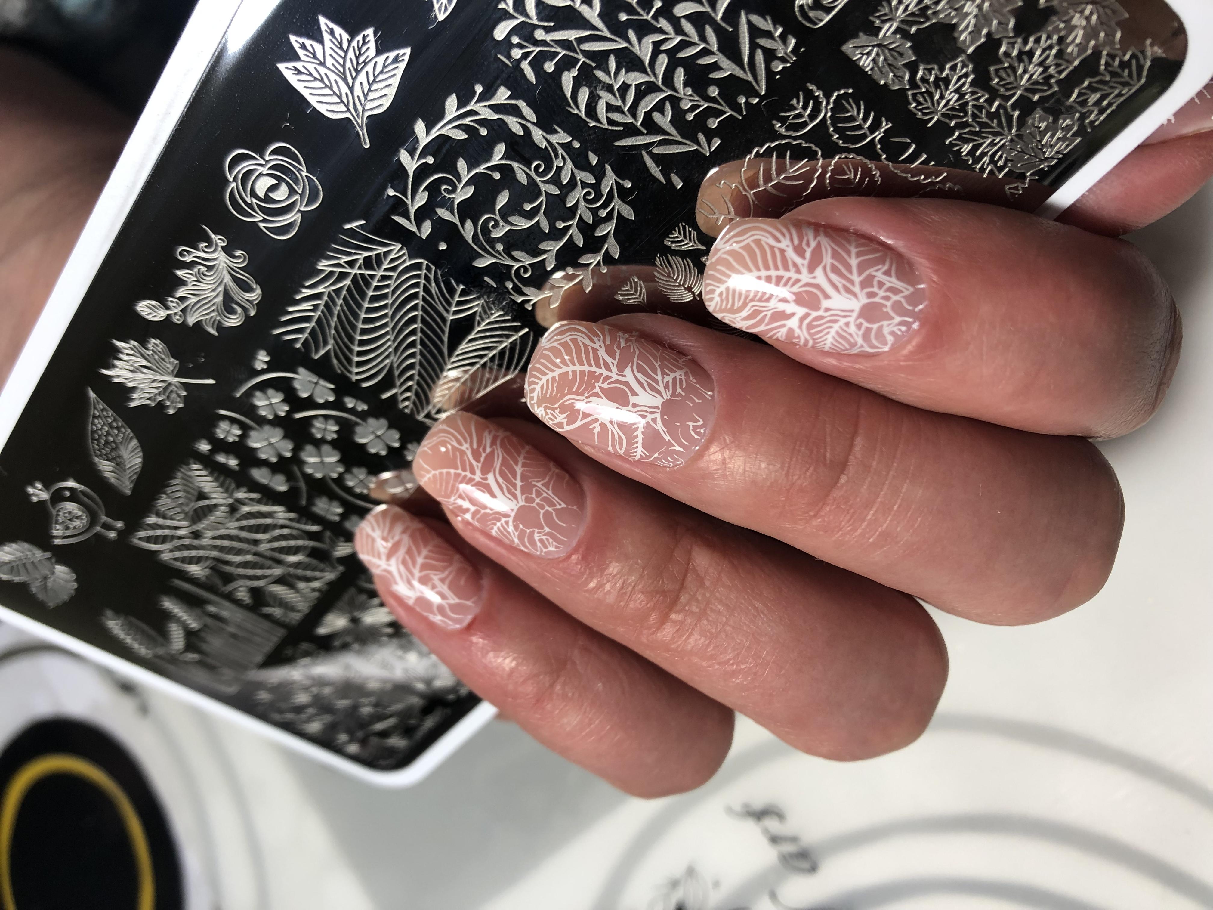 Нюдовый маникюр со стемпингом на короткие ногти.