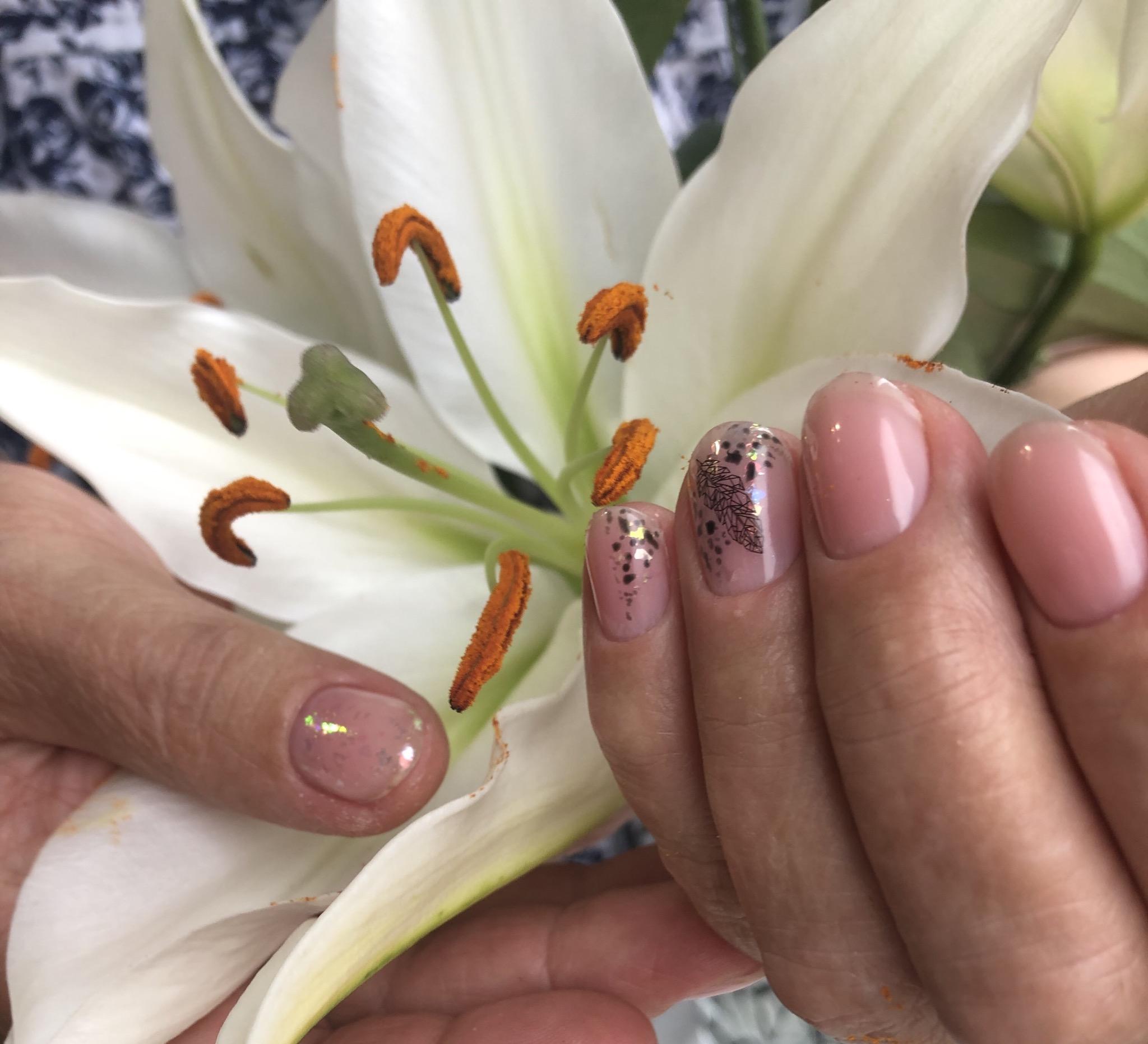 Нюдовый маникюр с пером и блестками на короткие ногти.