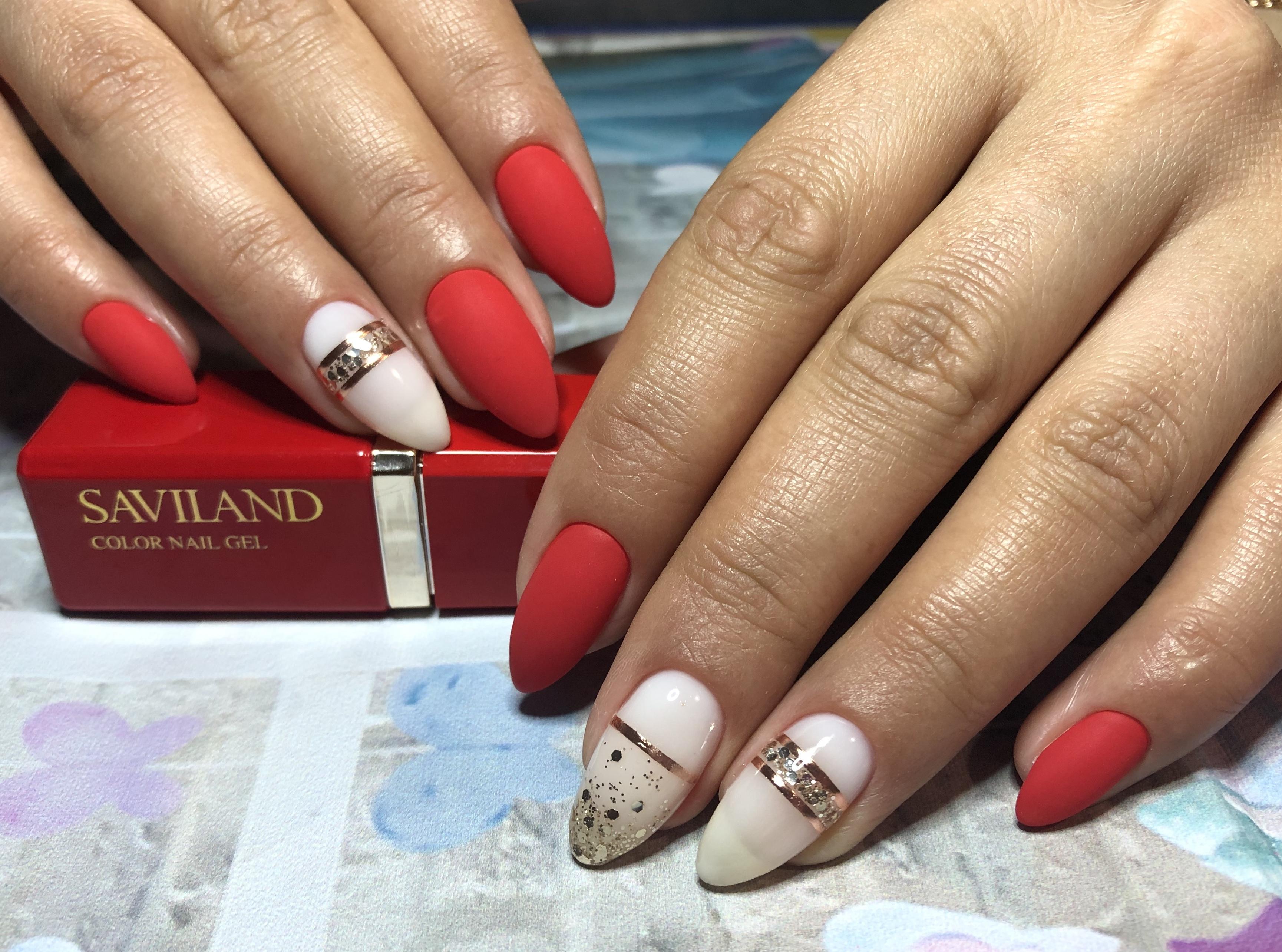 Матовый маникюр с камифубуки и золотыми полосками в красном цвете на длинные ногти.