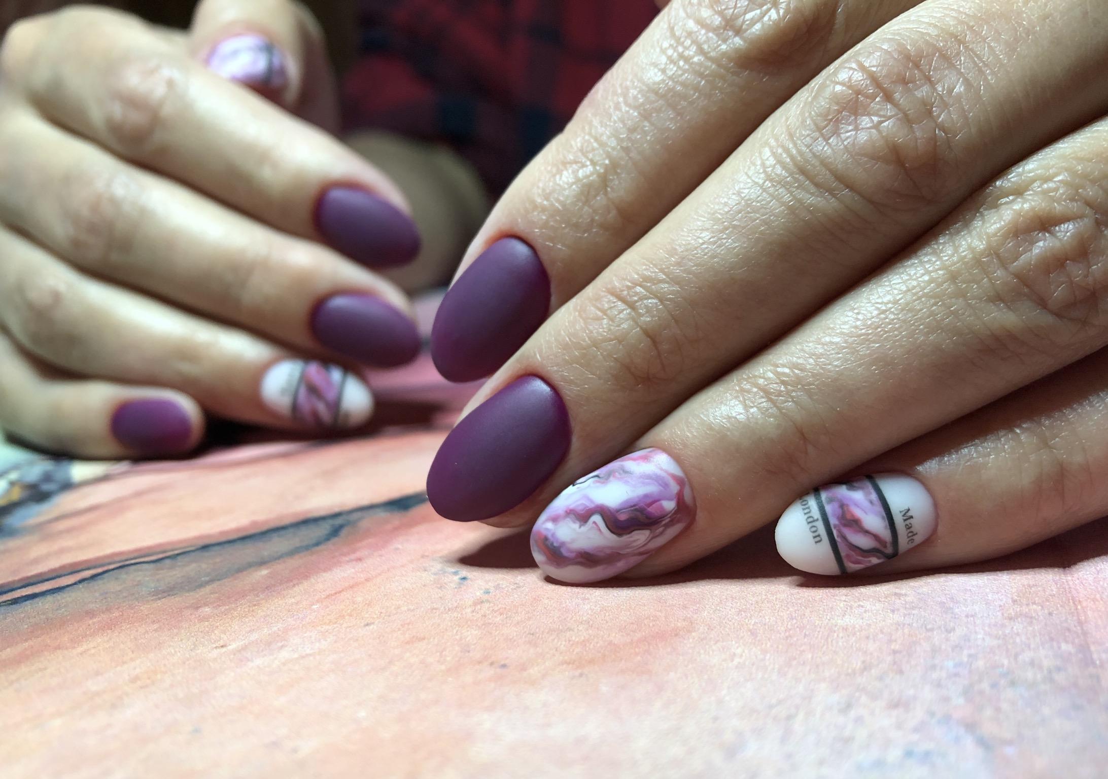 Матовый маникюр с мраморным дизайном в баклажановом цвете на короткие ногти.