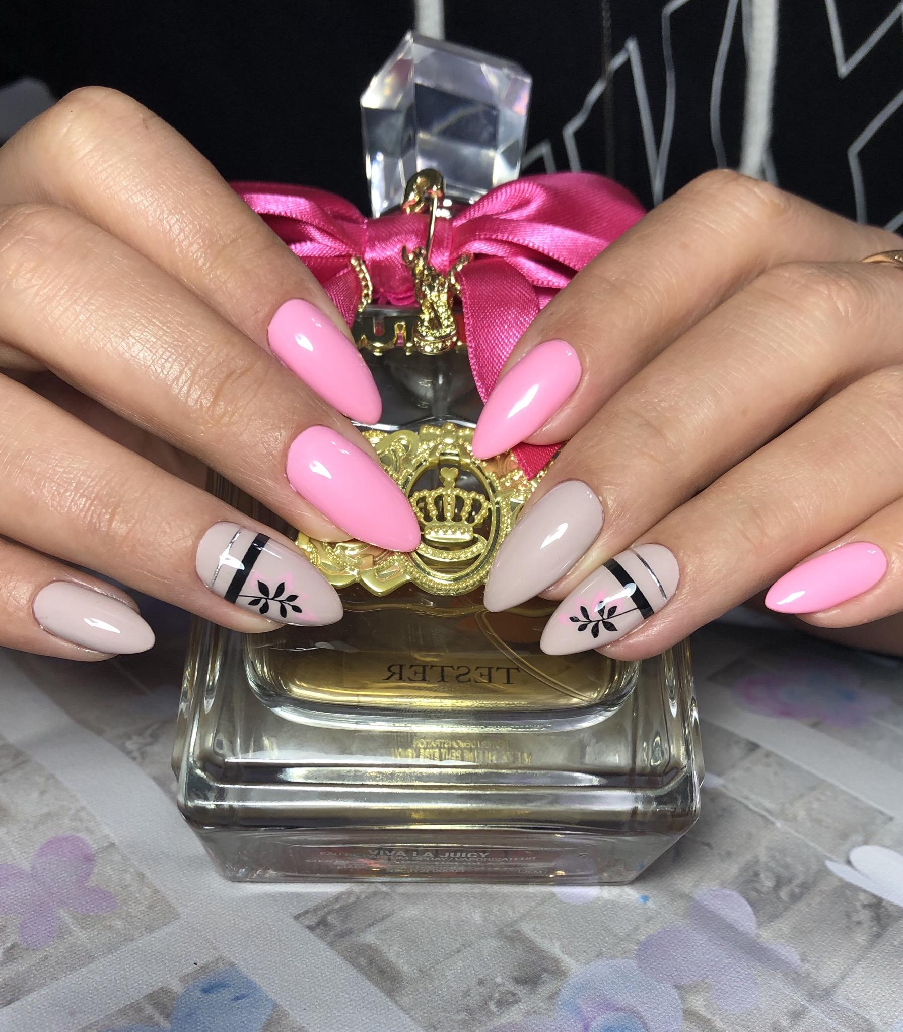 Маникюр с растительным рисунком и полосками в розовом цвете на длинные ногти.