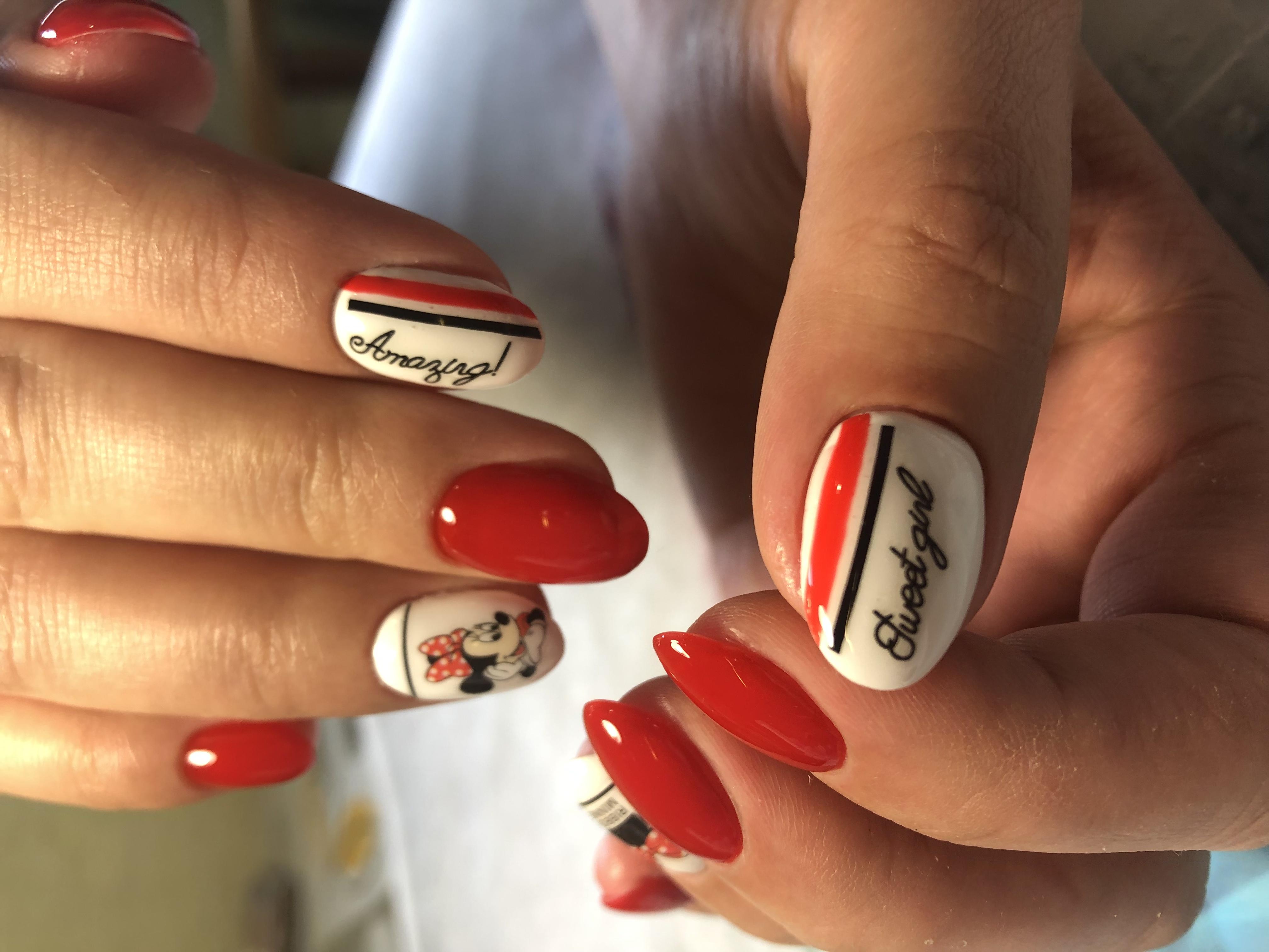 Маникюр с Минни Маус и надписями в красном цвете на короткие ногти.