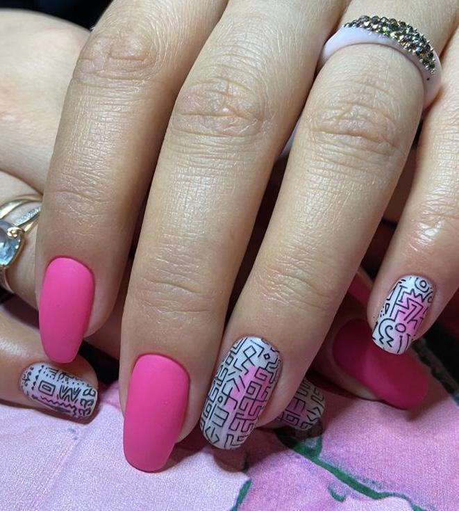 Матовый маникюр с этническим рисунком в розовом цвете на длинные ногти.