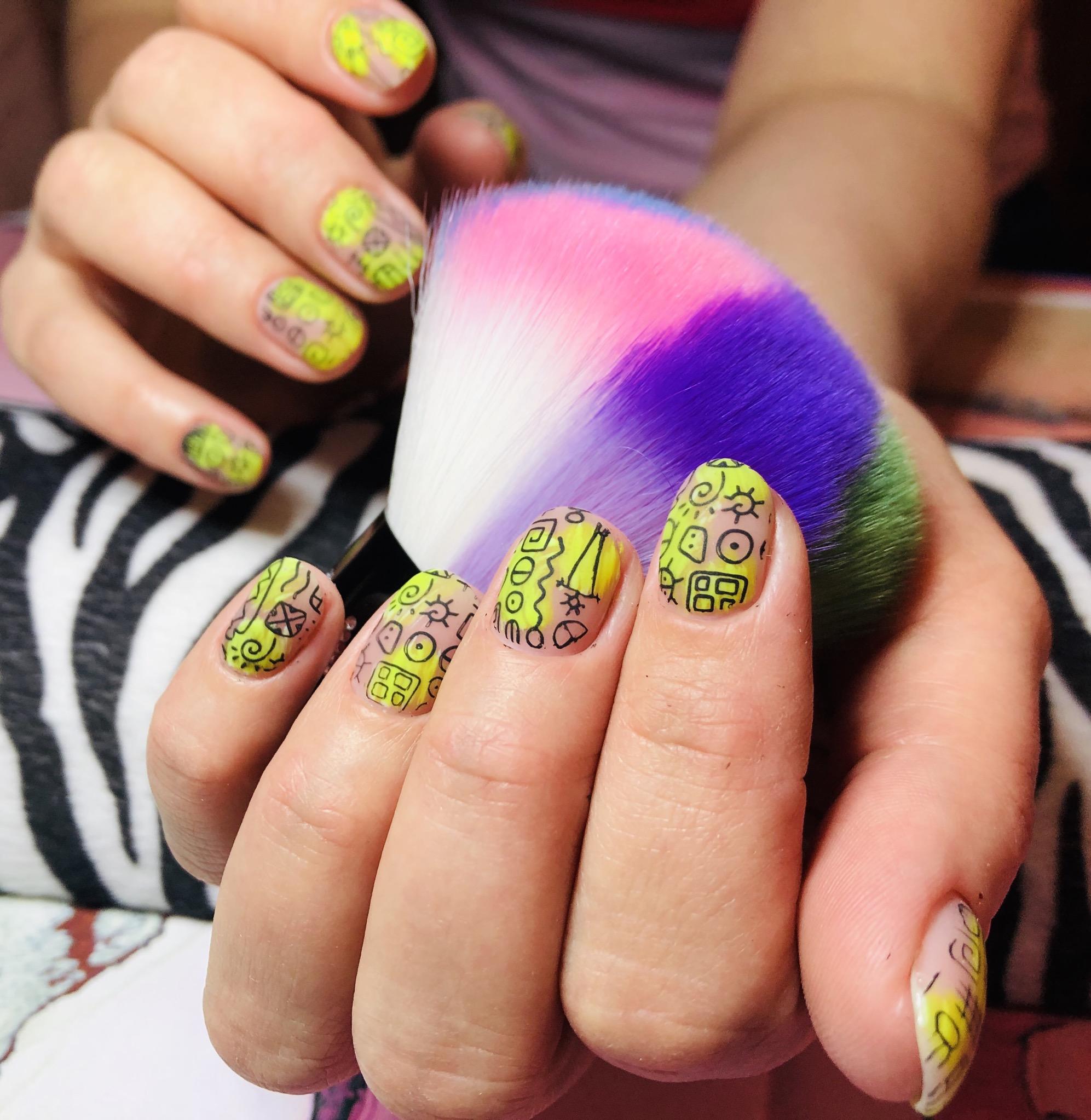 Матовый маникюр с этническими слайдерами на короткие ногти.