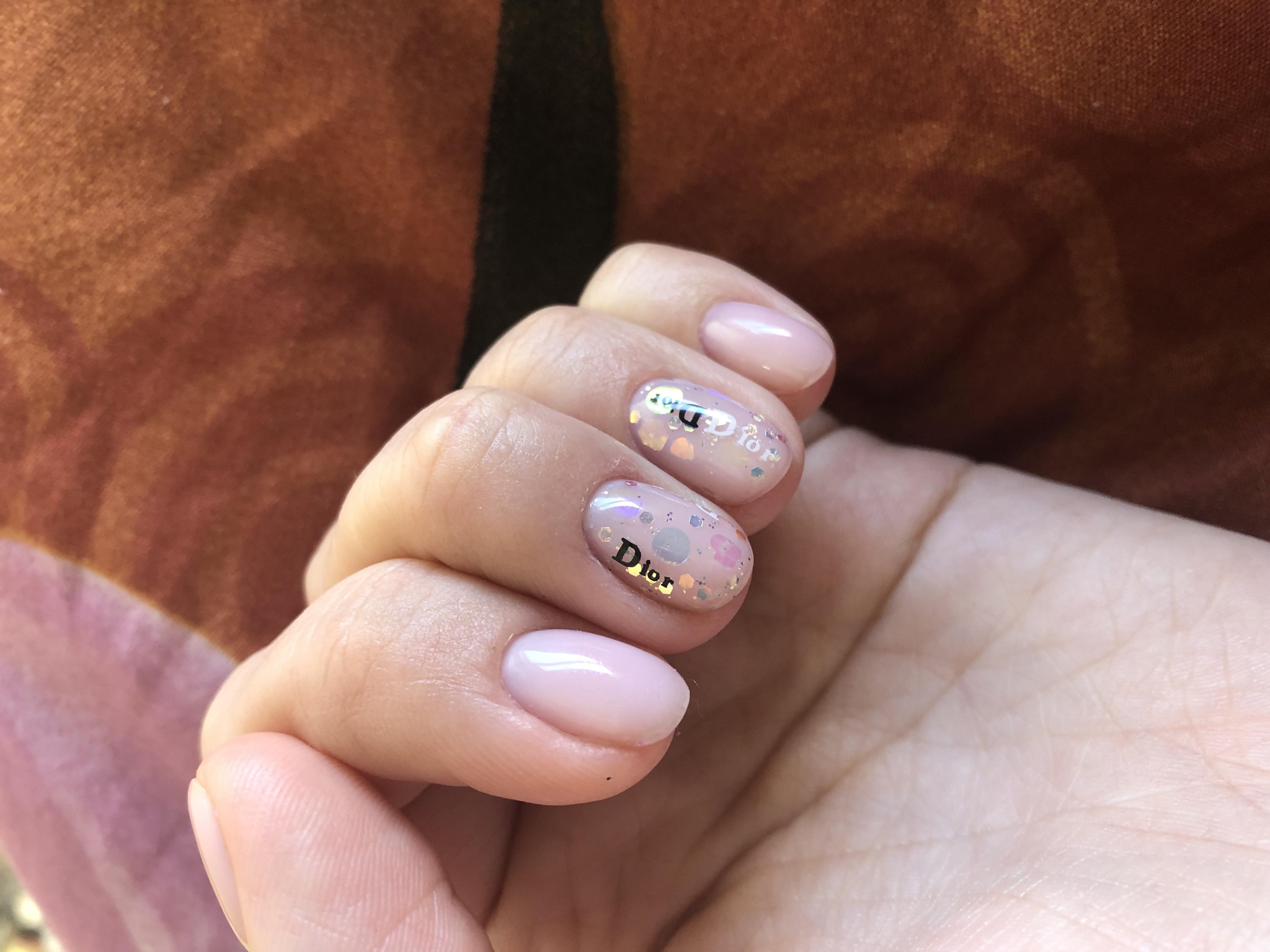 Нюдовый маникюр с надписями и камифубуки на короткие ногти.