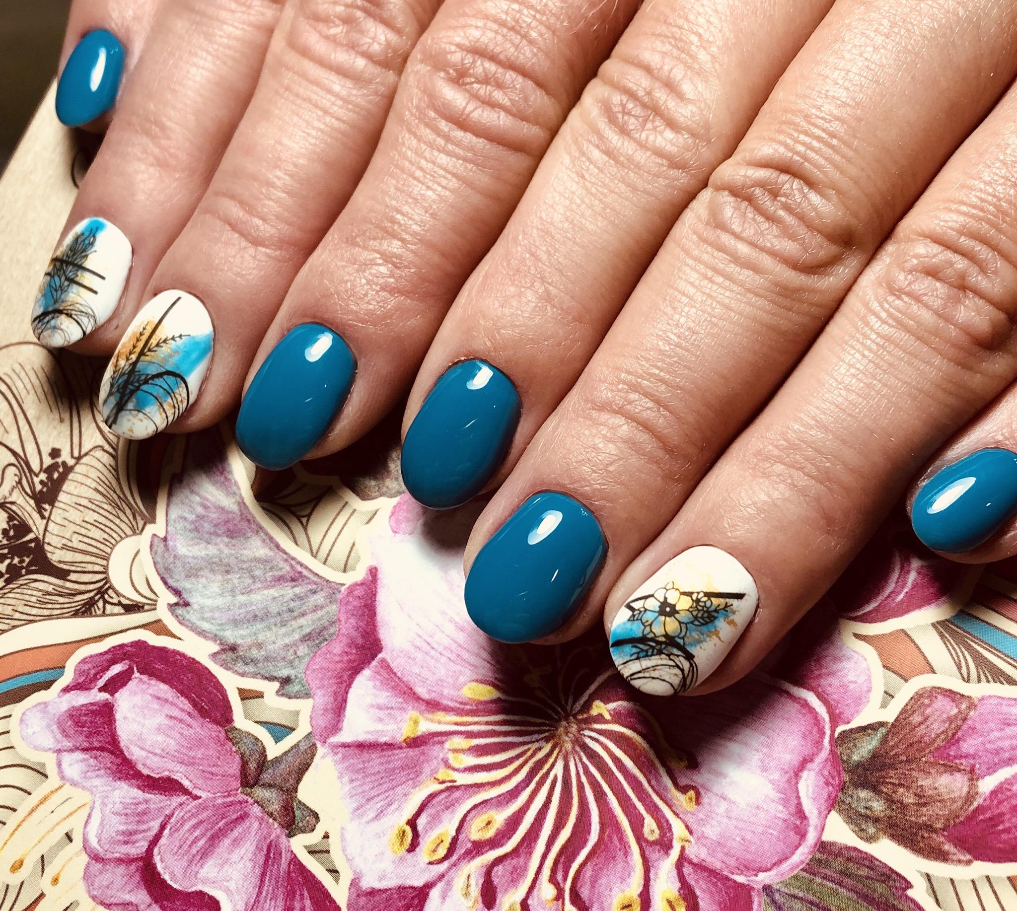 Маникюр с цветочными слайдерами в синем цвете на короткие ногти.