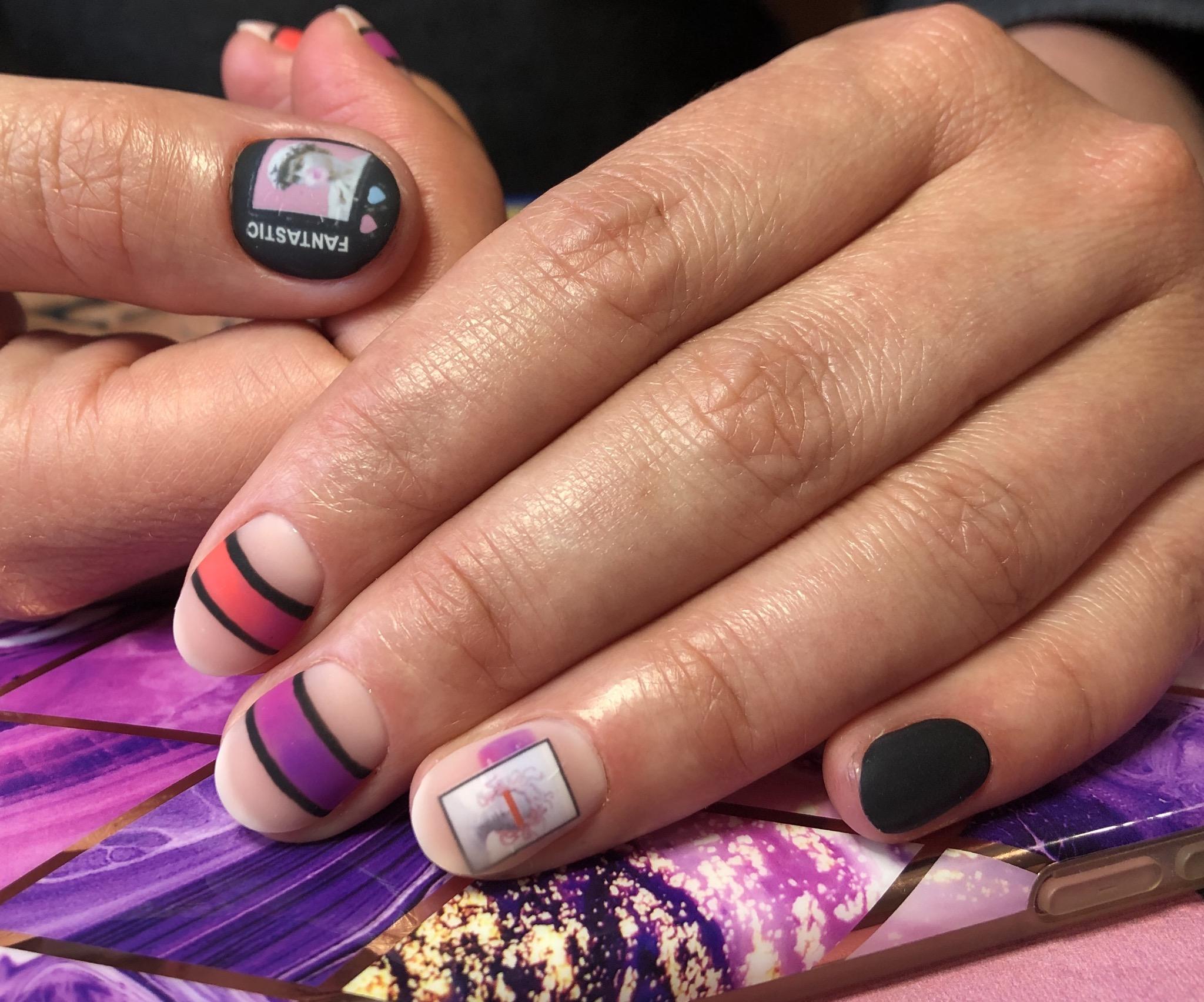 Матовый геометрический маникюр со слайдерами и надписями на короткие ногти.