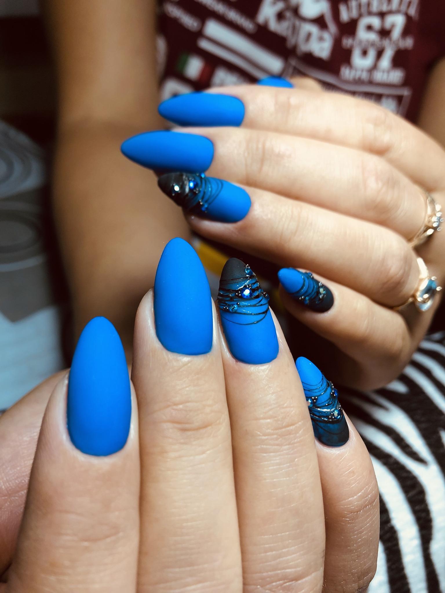 Матовый маникюр с паутинкой и стразами в синем цвете на длинные ногти.