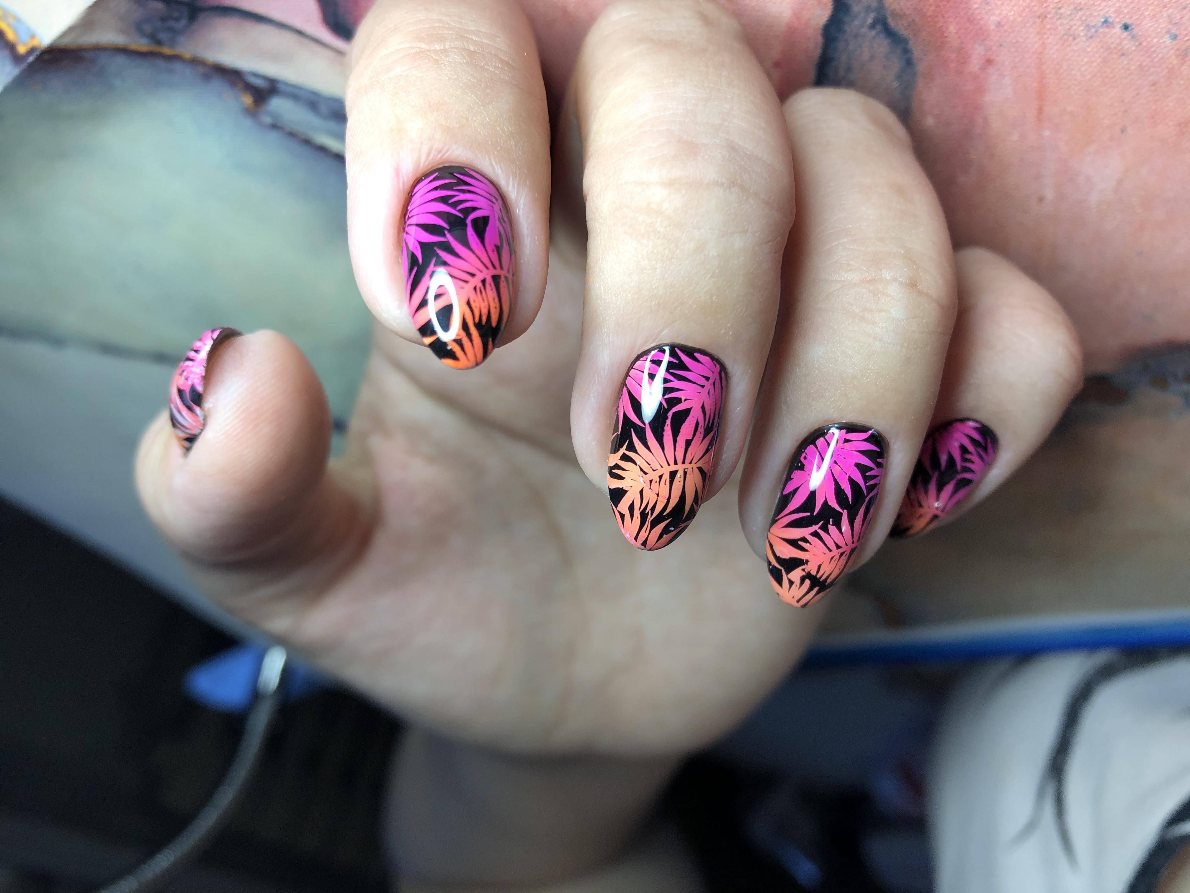 Маникюр с растительным стемпингом и градиентом на короткие ногти.