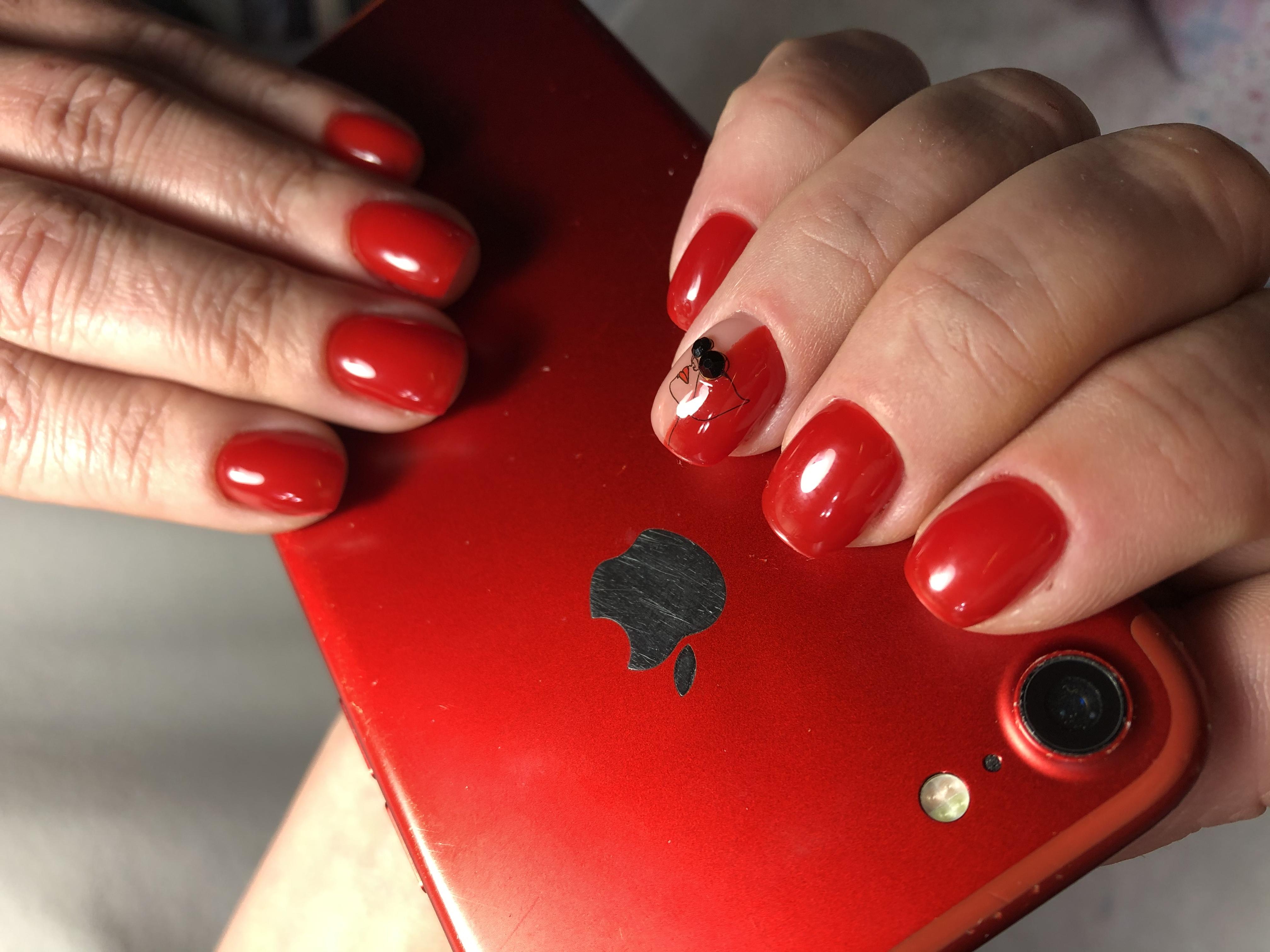 Маникюр с рисунком в красном цвете на короткие ногти.