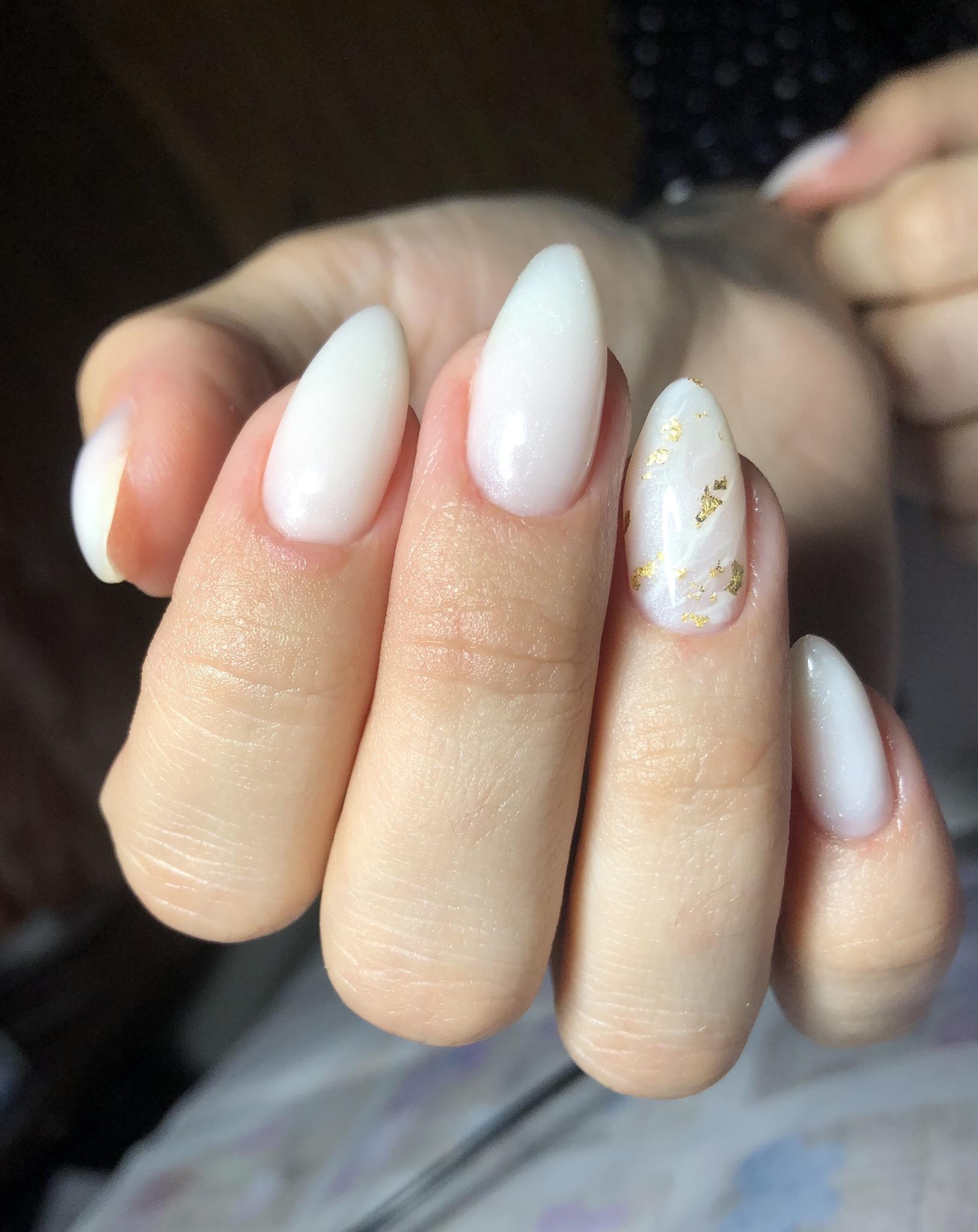 Маникюр с золотой фольгой в молочном цвете на длинные ногти.