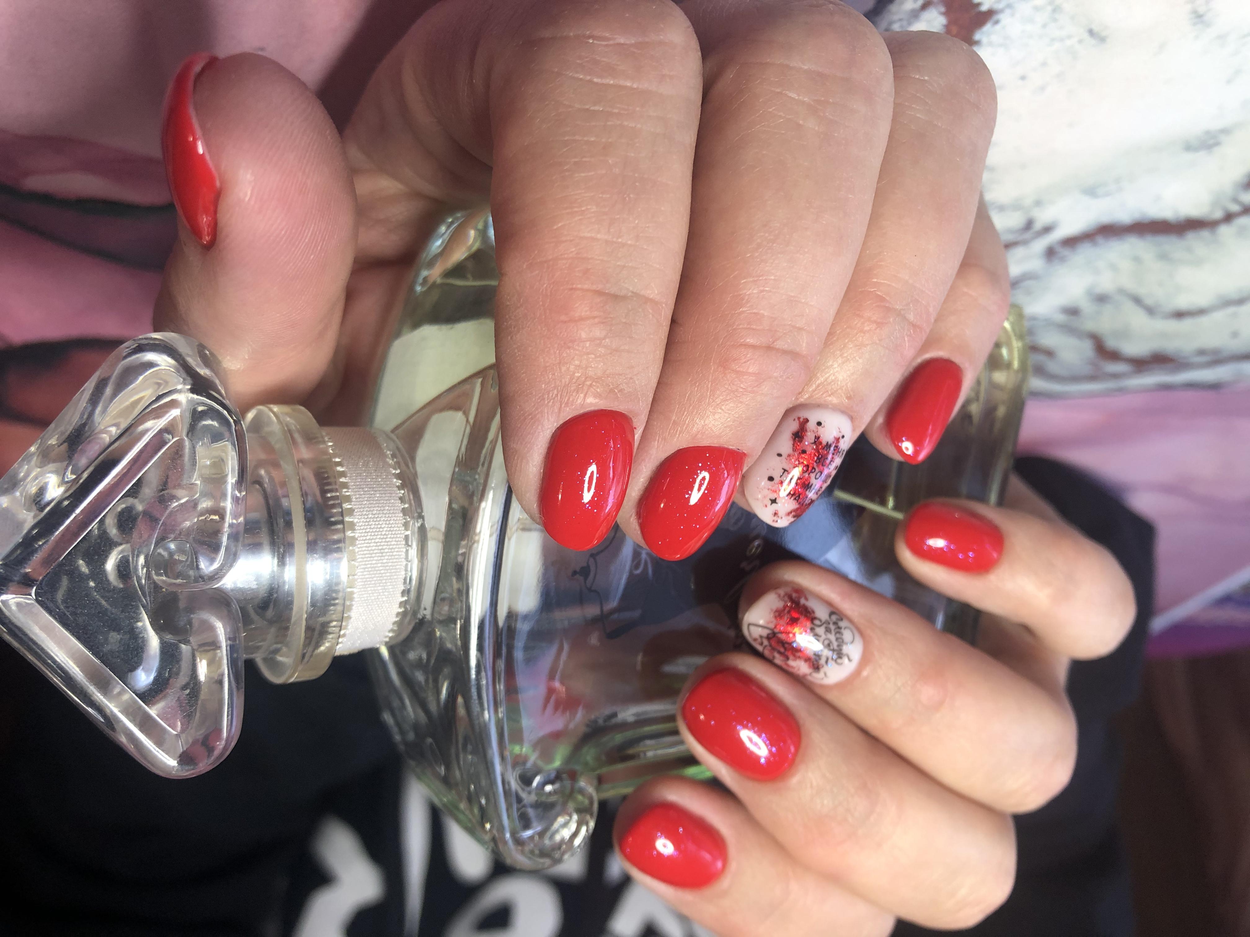 Маникюр с абстрактным рисунком в красном цвете на короткие ногти.