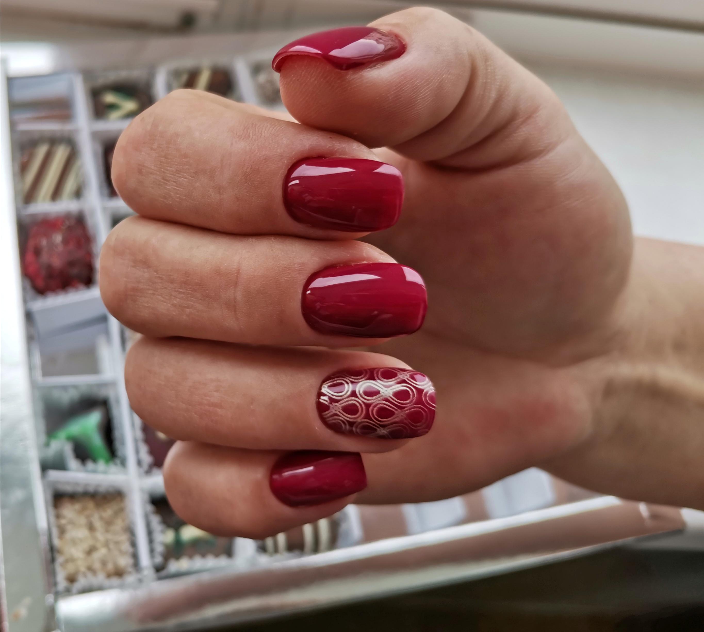 Маникюр со стемпингом в темно-красном цвете на короткие ногти.