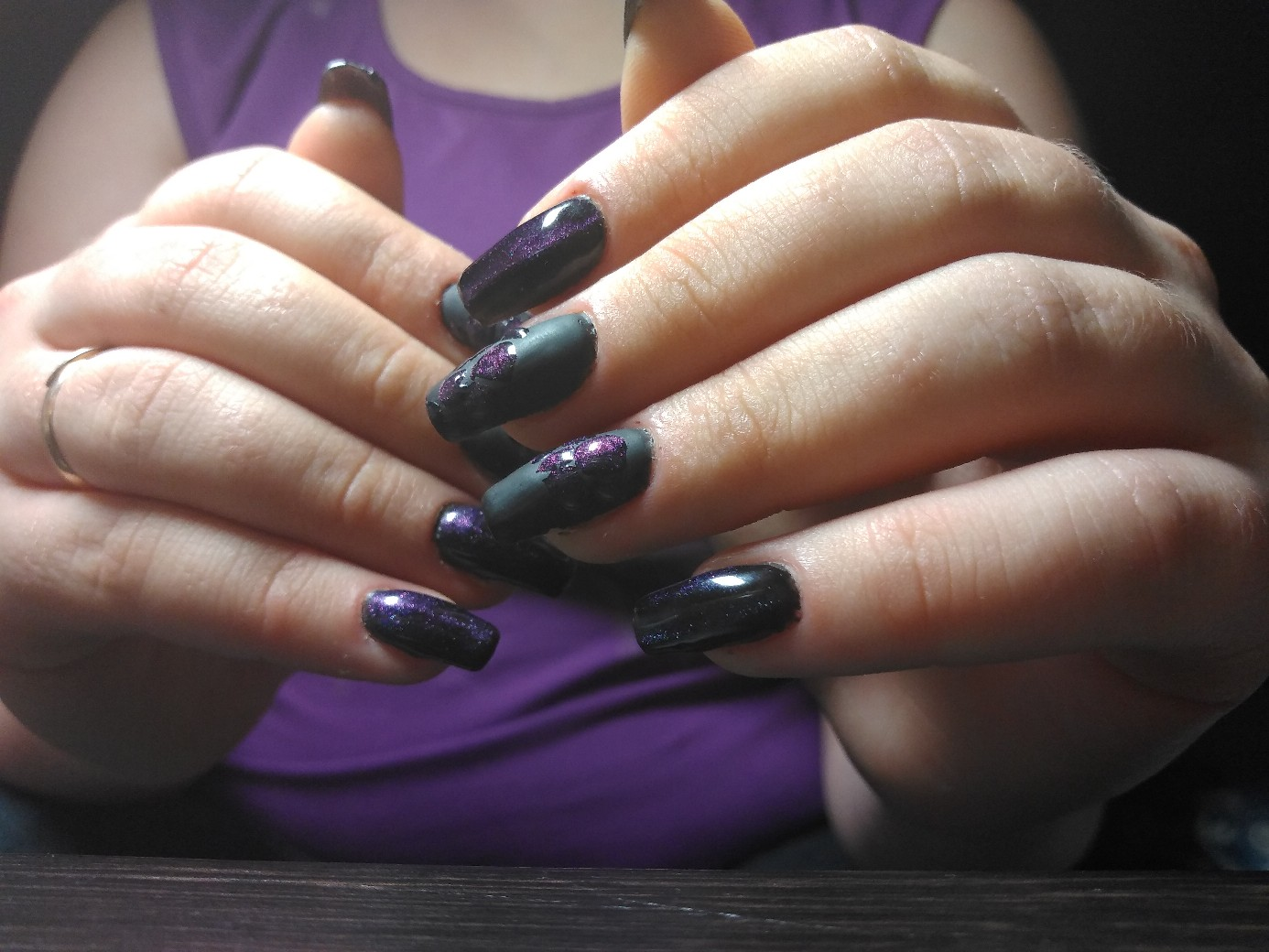 Маникюр с эффектом кошачий глаз и рисунком в черном цвете на длинные ногти.