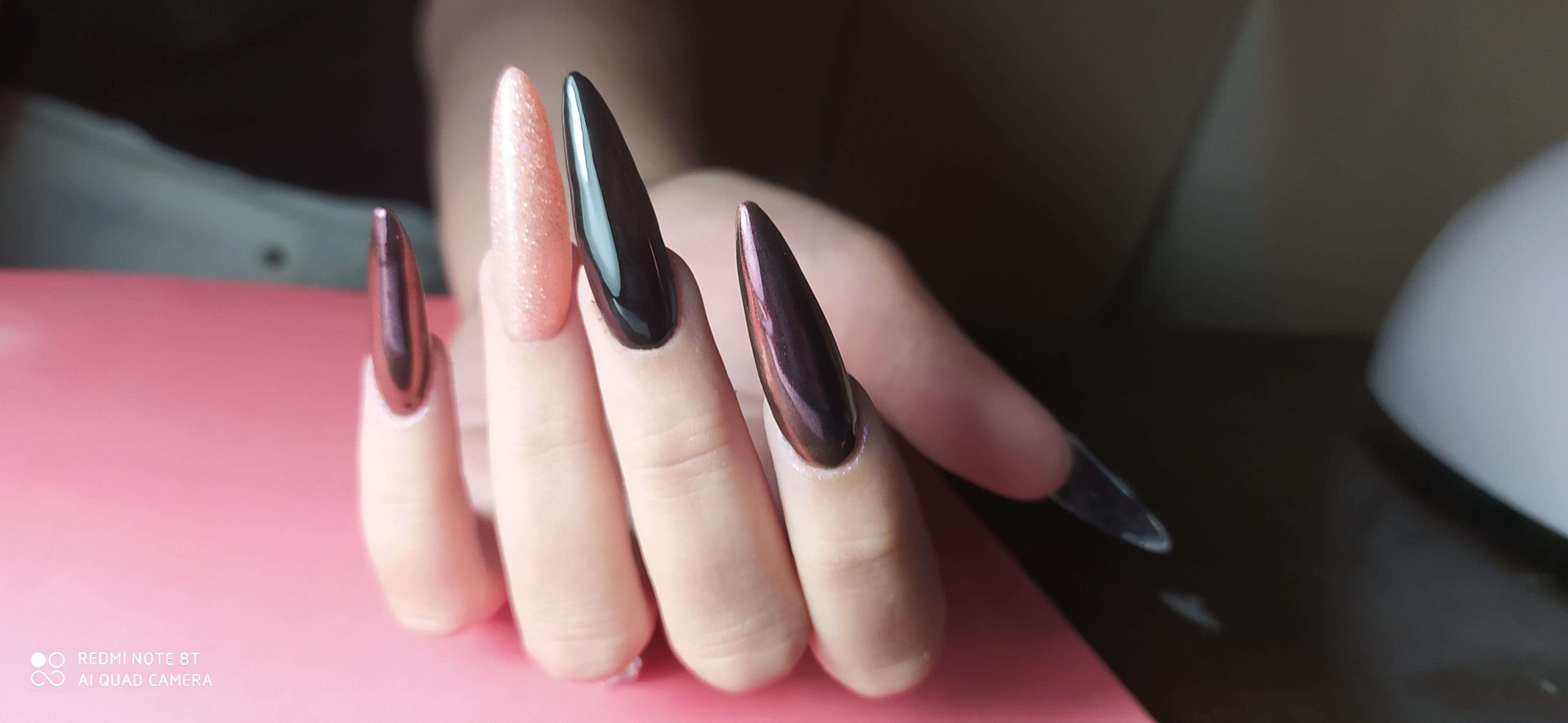 Маникюр с втиркой в черном цвете на длинные ногти.