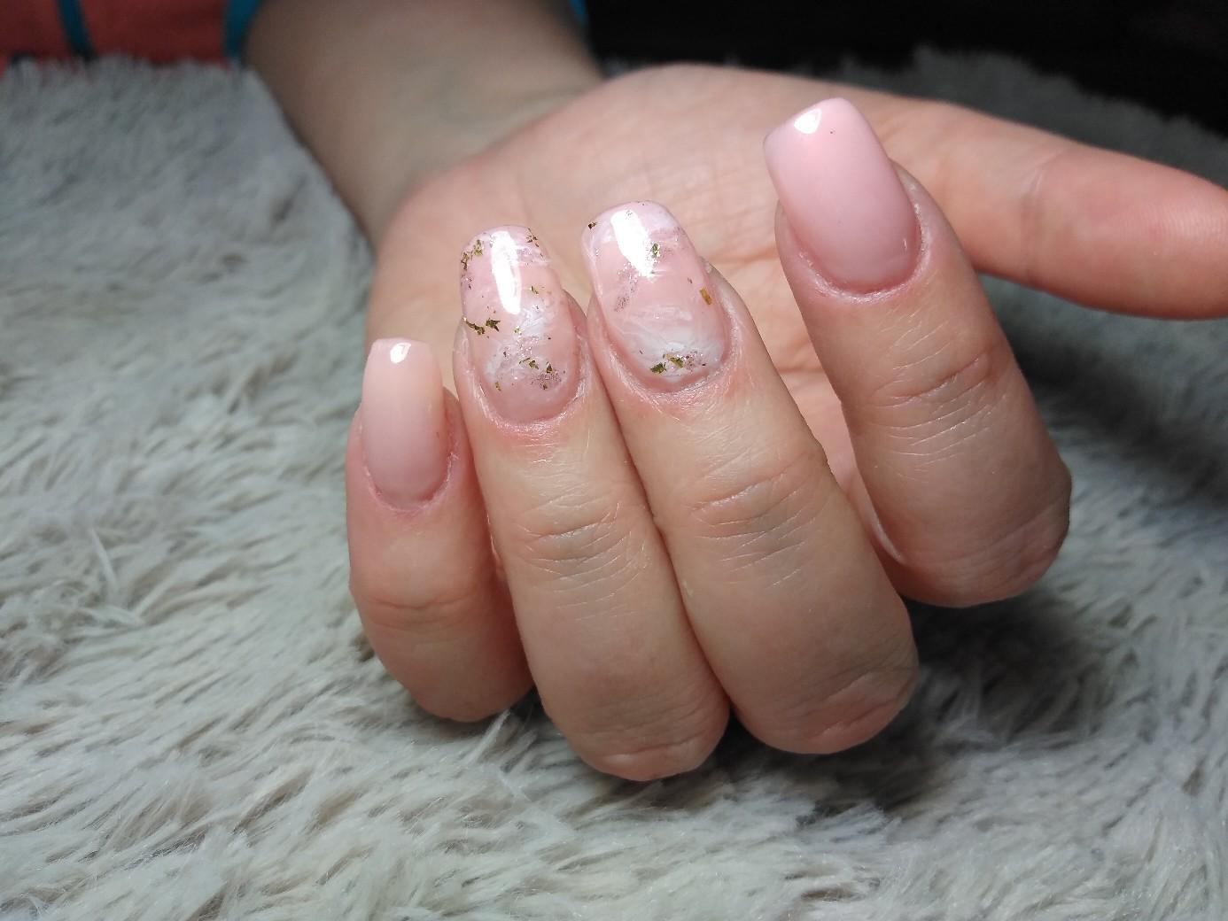 Нюдовый маникюр с мраморным дизайном и золотой фольгой на короткие ногти.