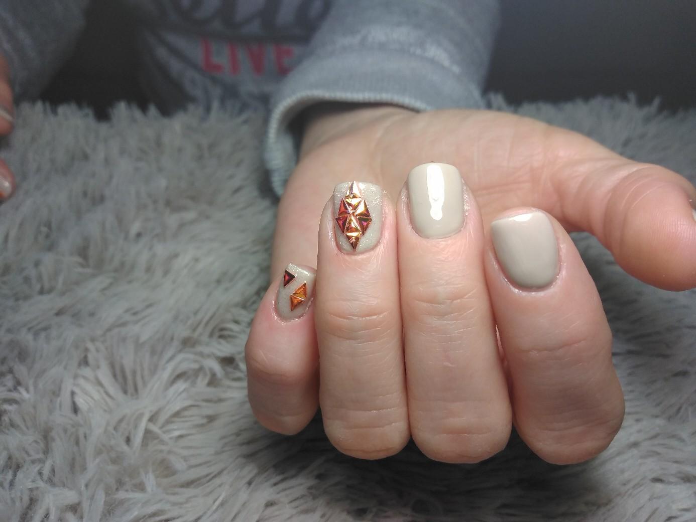 Маникюр с дизайном битое стекло в пастельных тонах на короткие ногти.