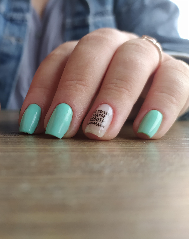 Маникюр с надписями в салатовом цвете на короткие ногти.