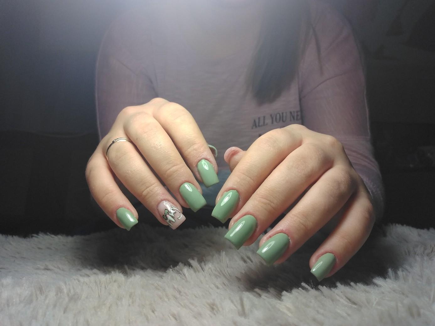 Маникюр со слайдерами в изумрудном цвете на длинные ногти.