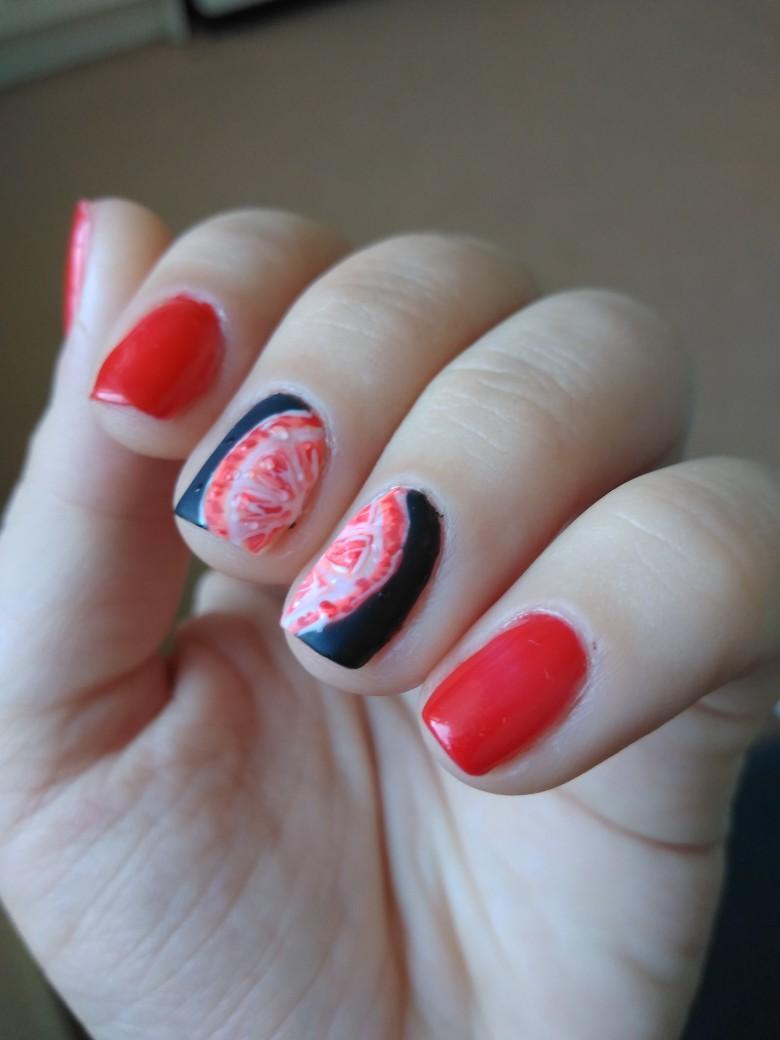 Маникюр с фруктовым рисунком в красном цвете на короткие ногти.