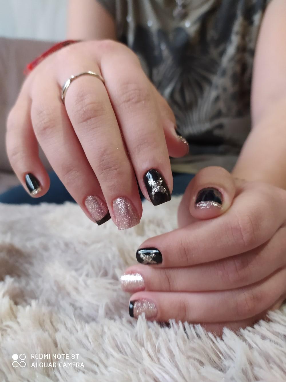 Маникюр с золотыми блестками и френч-дизайном в черном цвете на короткие ногти.
