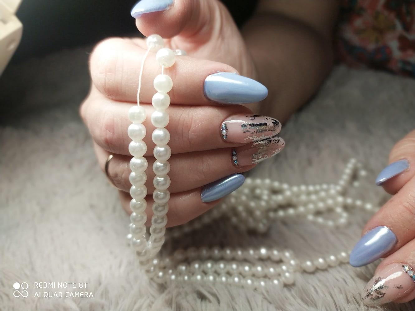 Маникюр с серебряной фольгой, втиркой и стразами в голубом цвете на длинные ногти.
