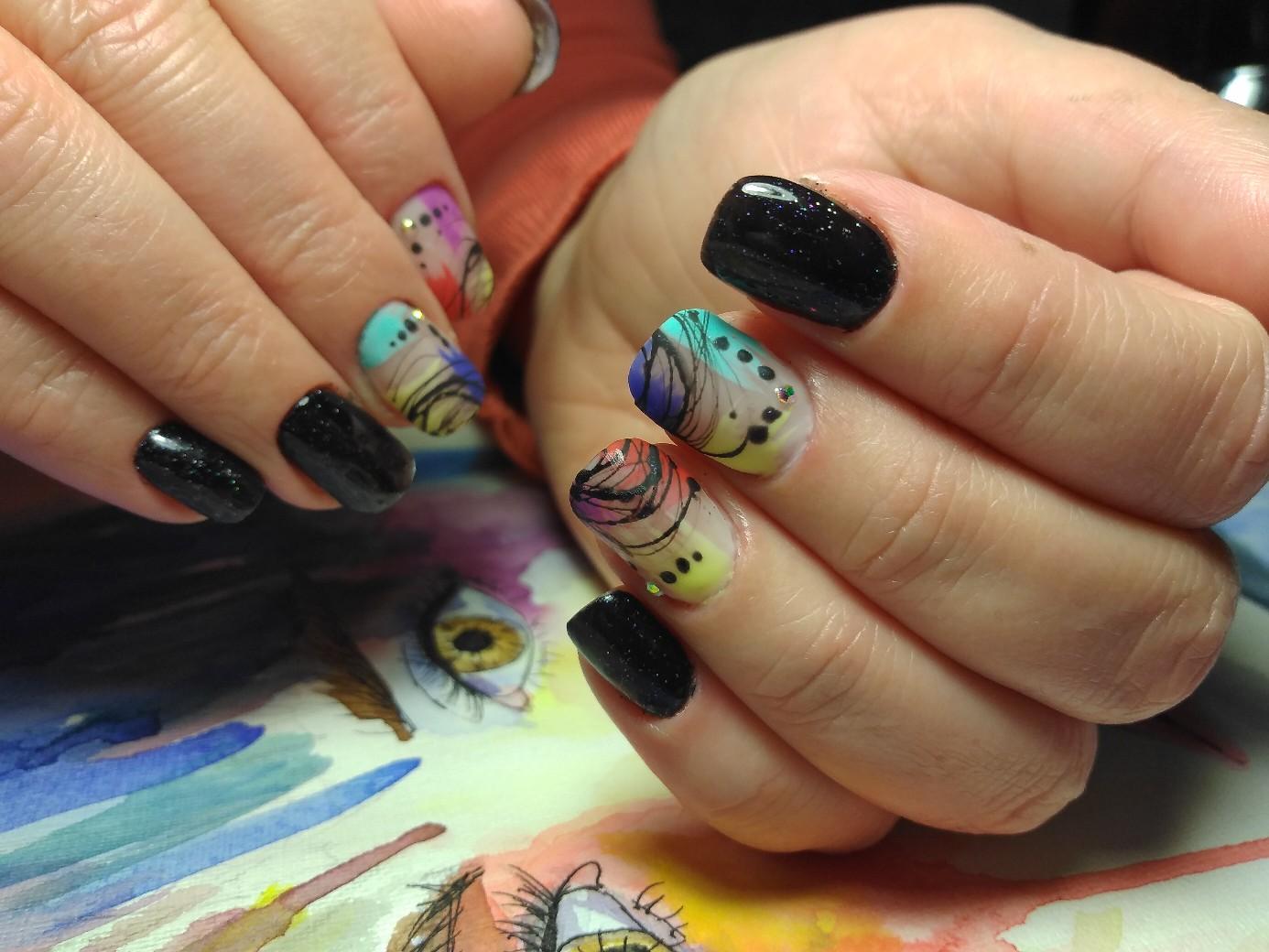 Маникюр с абстрактным рисунком и паутинкой в черном цвете на короткие ногти.