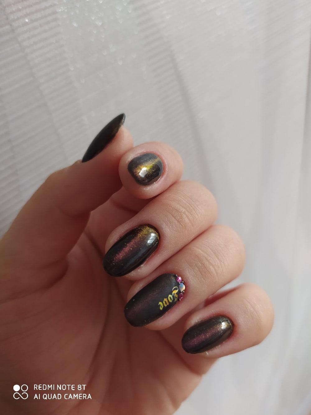 Маникюр с эффектом кошачий глаз и стразами в шоколадном цвете на короткие ногти.