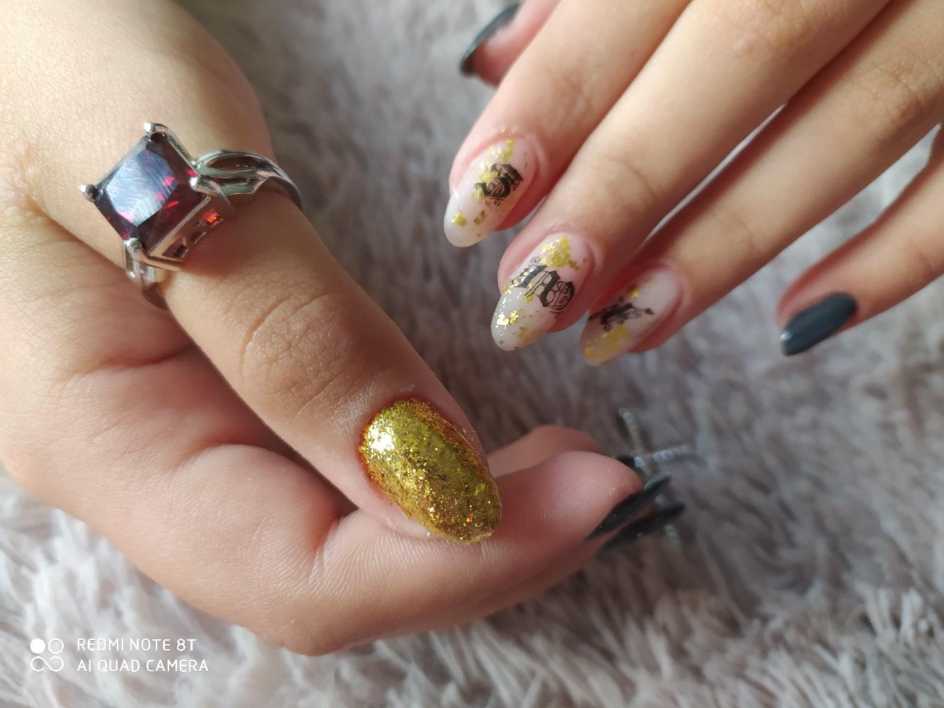 Маникюр с надписями, золотой фольгой и блестками на длинные ногти.