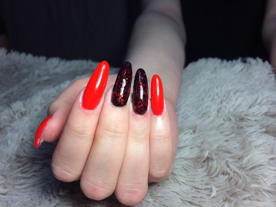 Маникюр с камифубуки в красном цвете на длинные ногти.