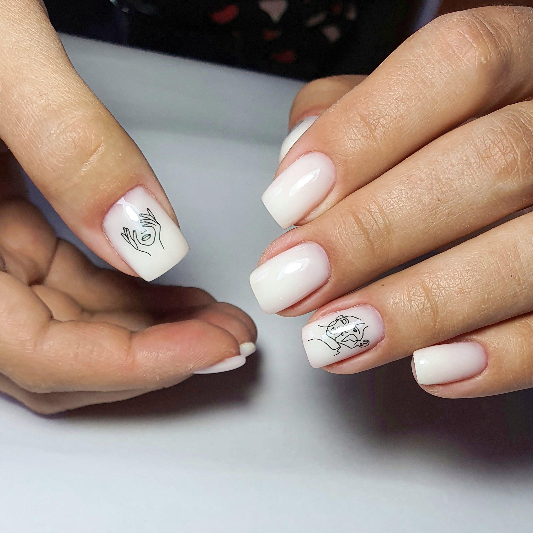Маникюр со слайдерами в молочном цвете на короткие ногти.