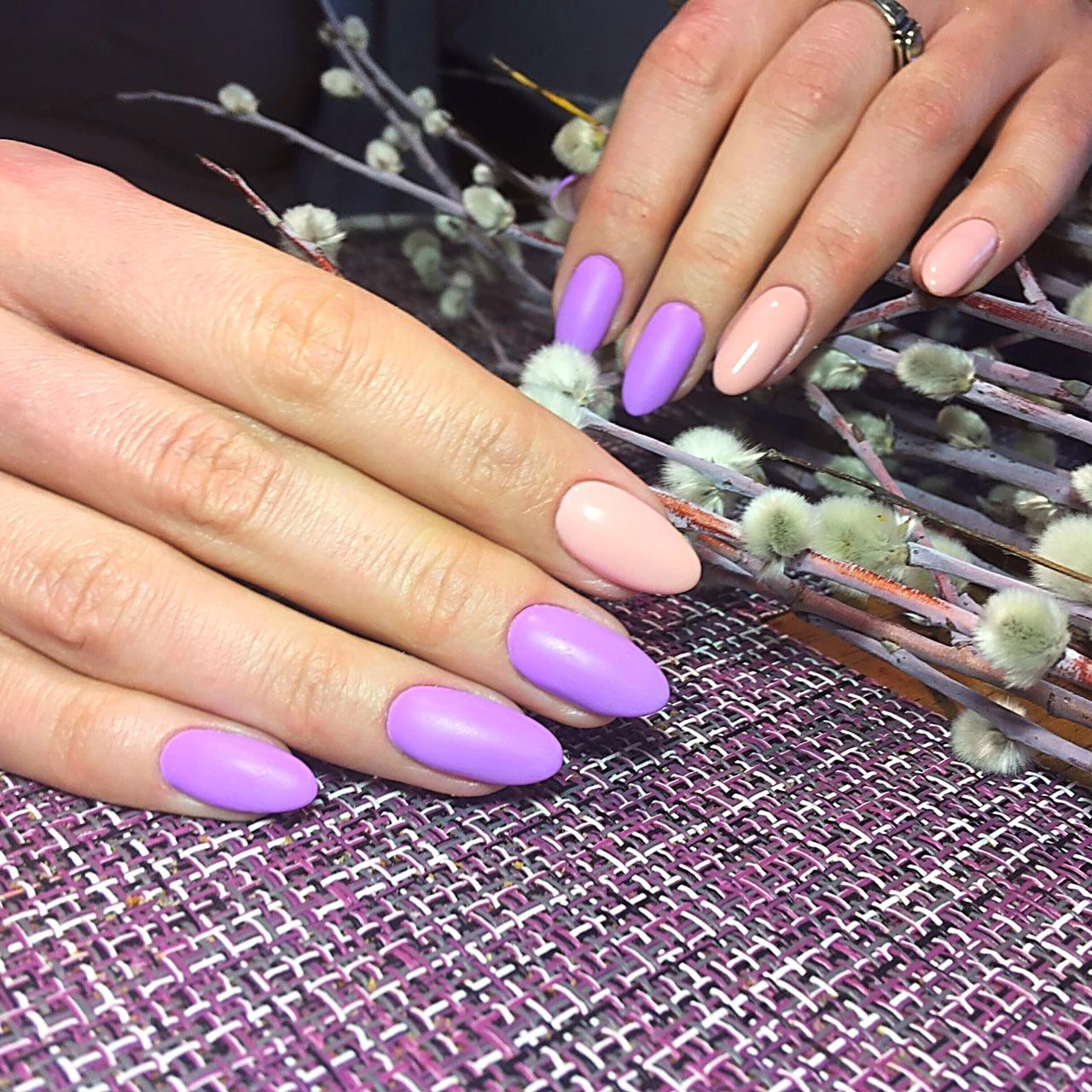 Маникюр в фиолетовом цвете.