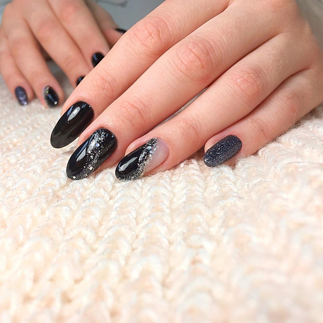 Маникюр с серебряными блестками в черном цвете.
