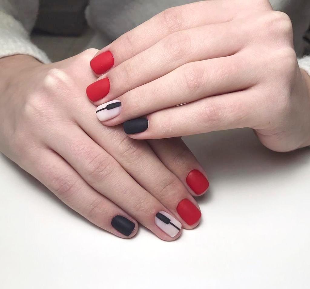 Разноцветный матовый маникюр с чёрными полосками.