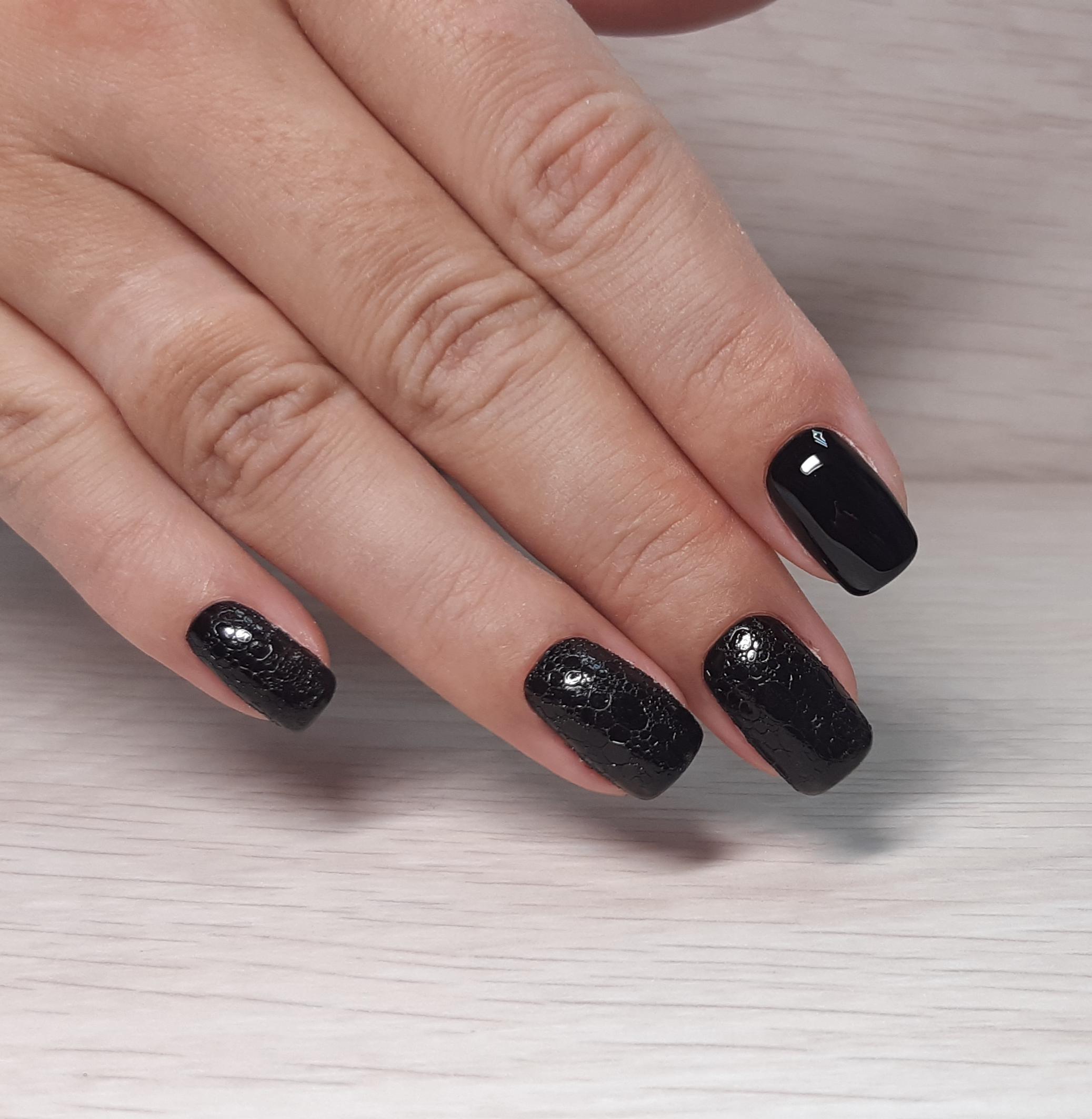 Маникюр с bubble-эффектом в черном цвете.