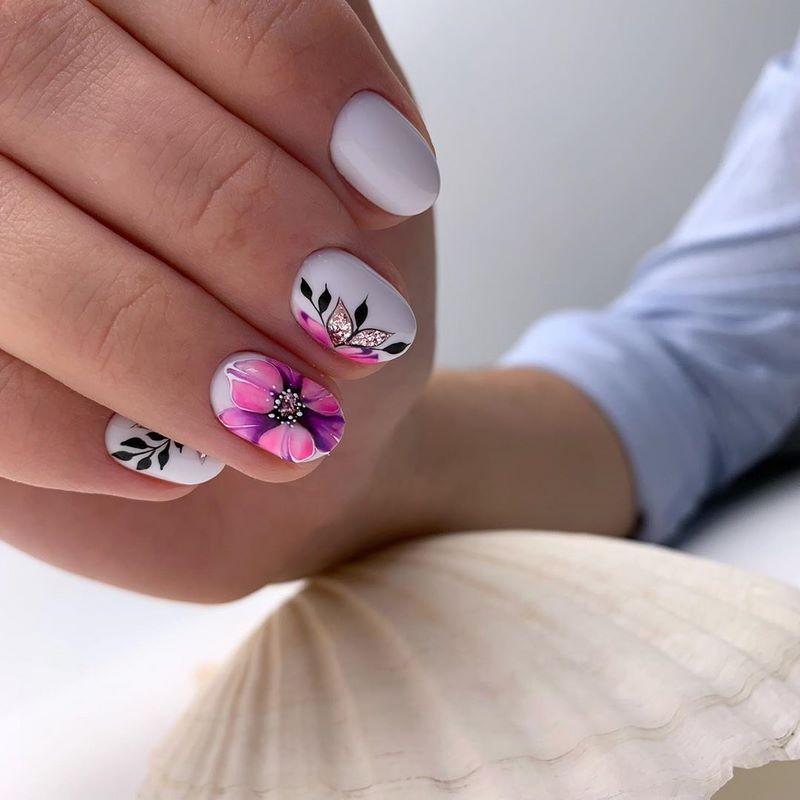 Маникюр с цветочным рисунком в белом цвете.